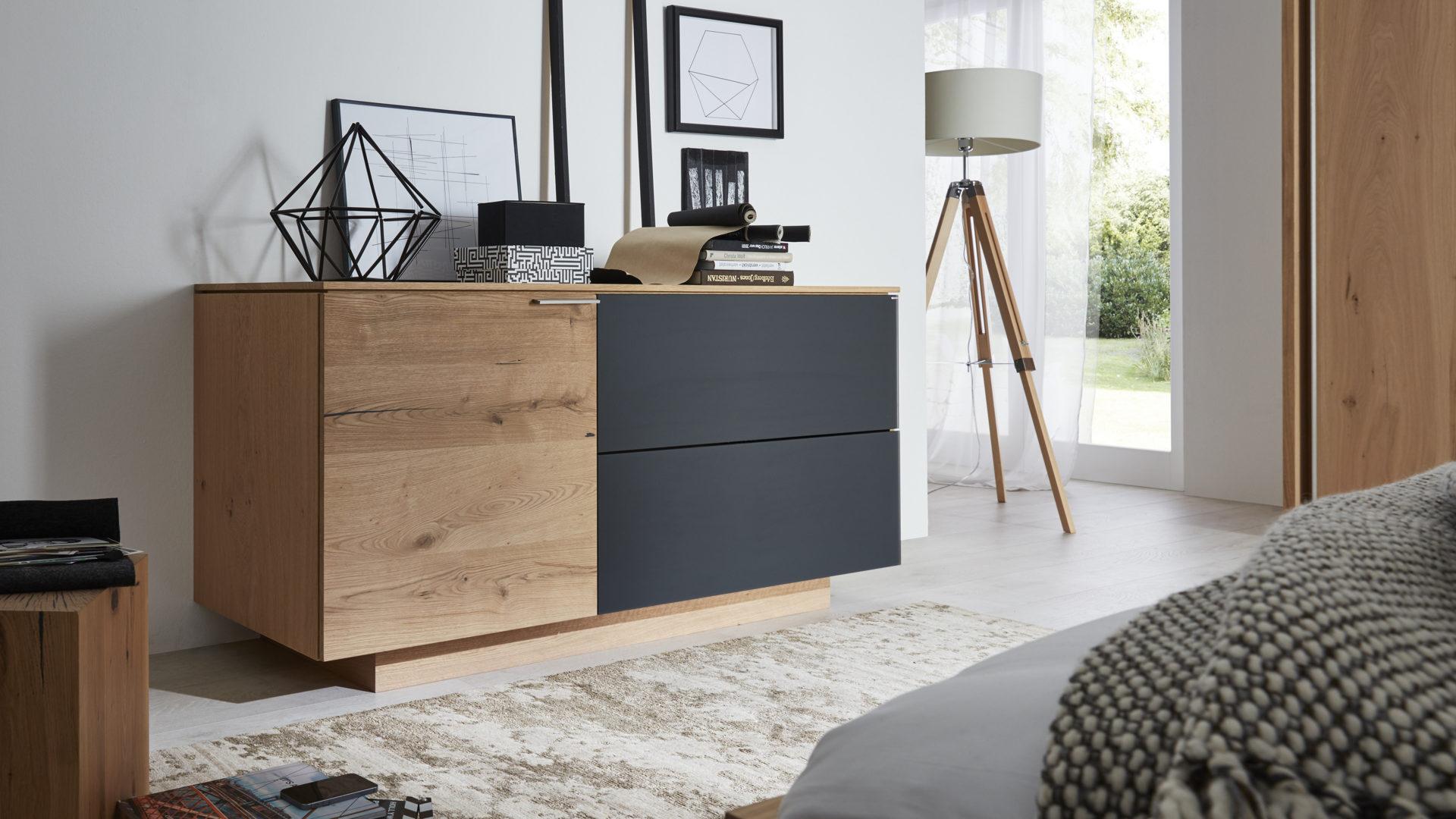 Interliving Schlafzimmer Serie 15 – Kommode, Alteiche Rustiko & Anthrazit  – eine Tür, zwei Schubladen