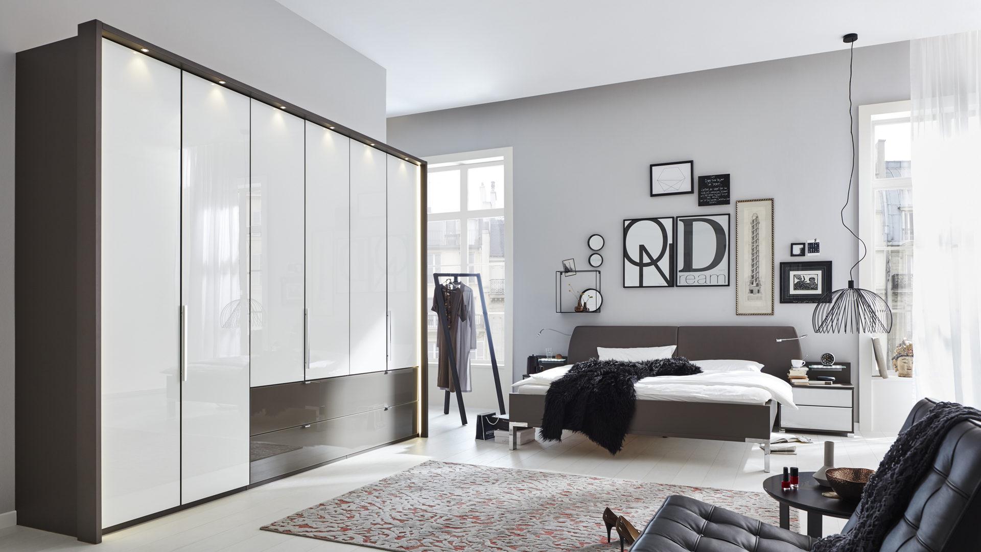 Interliving Schlafzimmer Serie 1006 – Schlafzimmerkombination, alpinweiße &  havannafarbene Kunststoffoberflächen – viertei