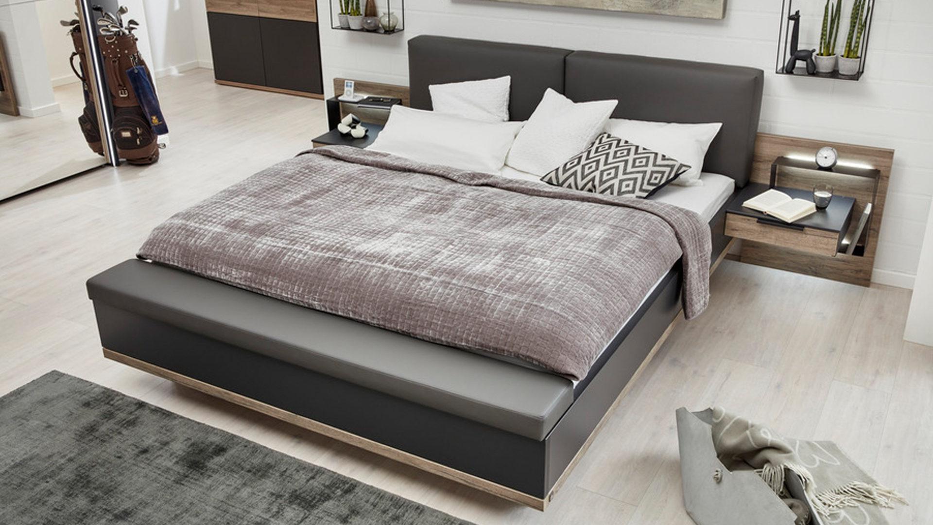 Interliving Schlafzimmer Serie 12 – Bettgestell mit Extras, dunkle  Sanremo eichefarbene & mattschwarze Kunststoffoberfläche