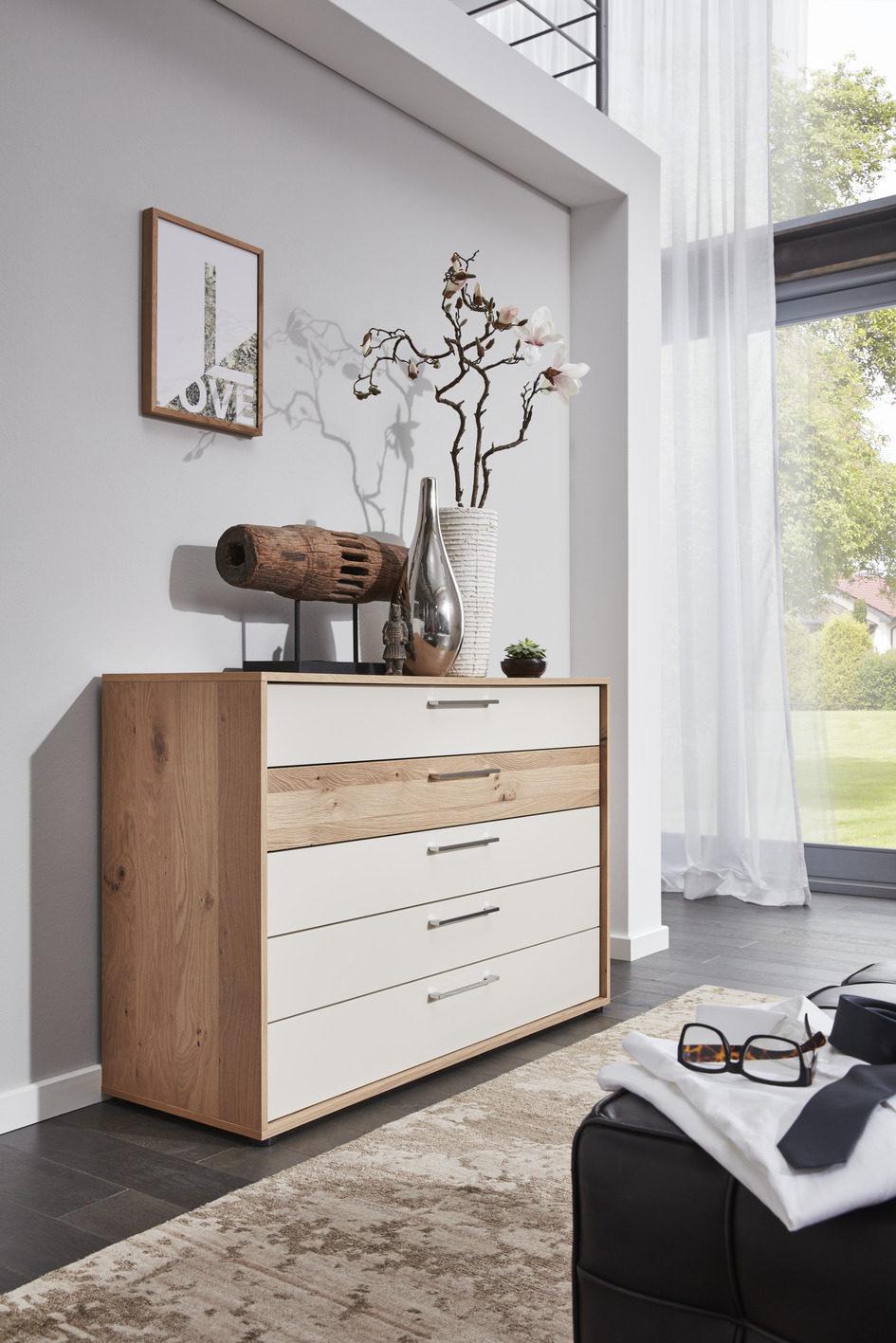 Interliving Schlafzimmer Serie 1002 – Schubladenkommode, sandfarbener Lack  & Balkeneiche-Echtholzfurnier – fünf Schubladen