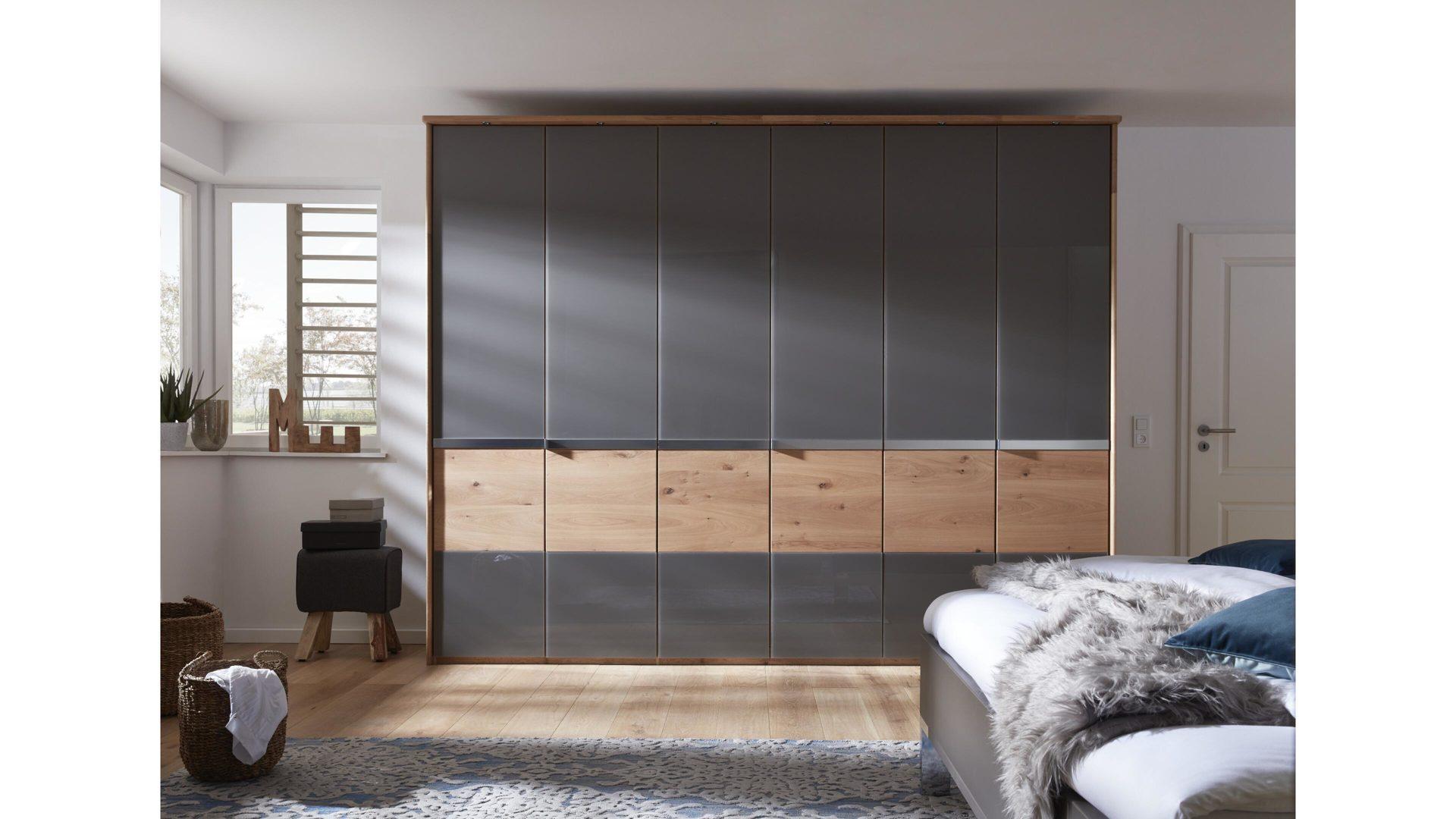 Interliving Schlafzimmer Serie 1202 – Kleiderschrank, teilmassive  Balkeneiche & havannafarbenes Glas – sechs Türen