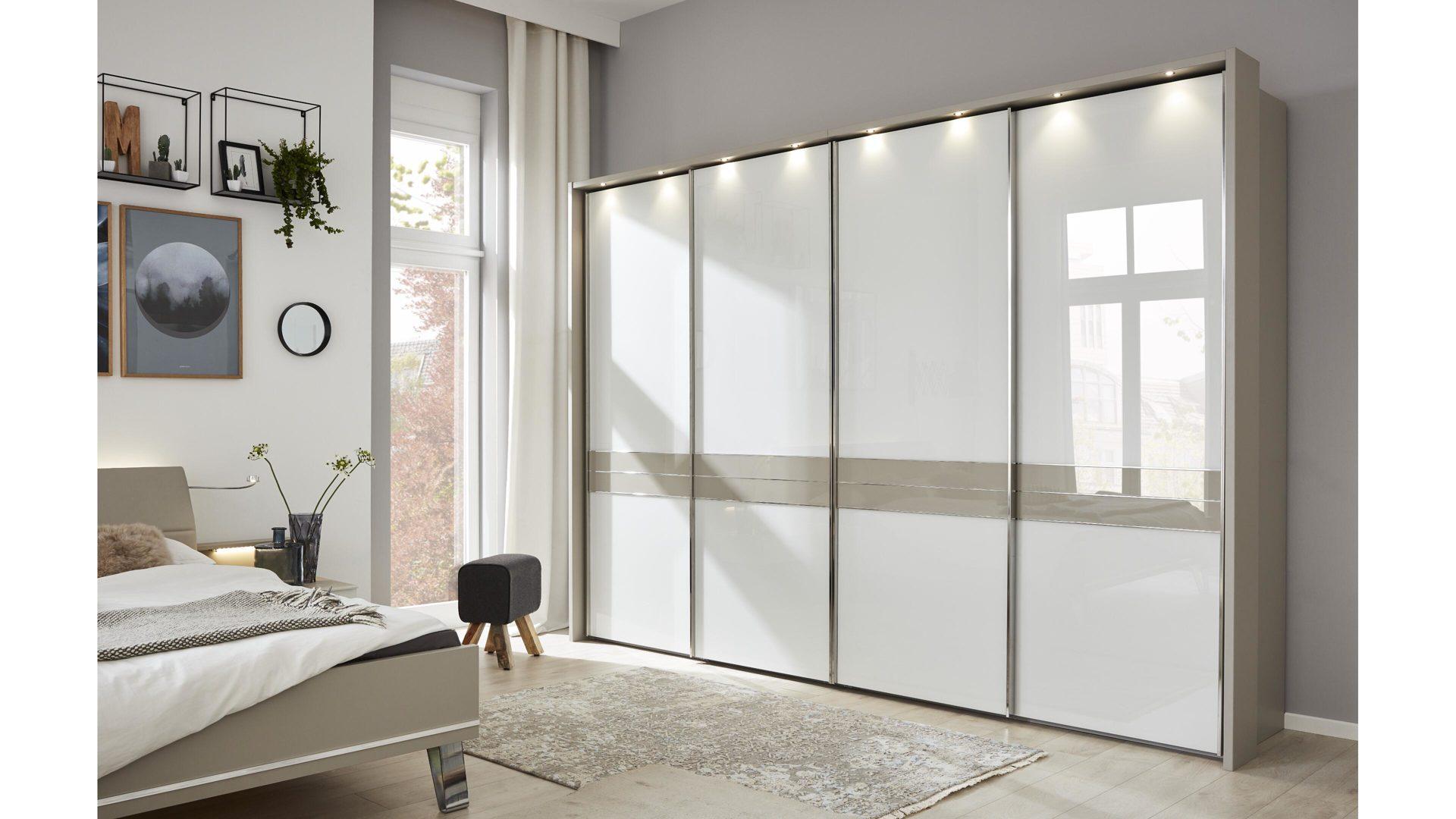 Interliving Schlafzimmer Serie 1009 – Schwebetürenschrank, weiße Glas- &  kieselgraue Kunststoffoberflächen – vier Türen