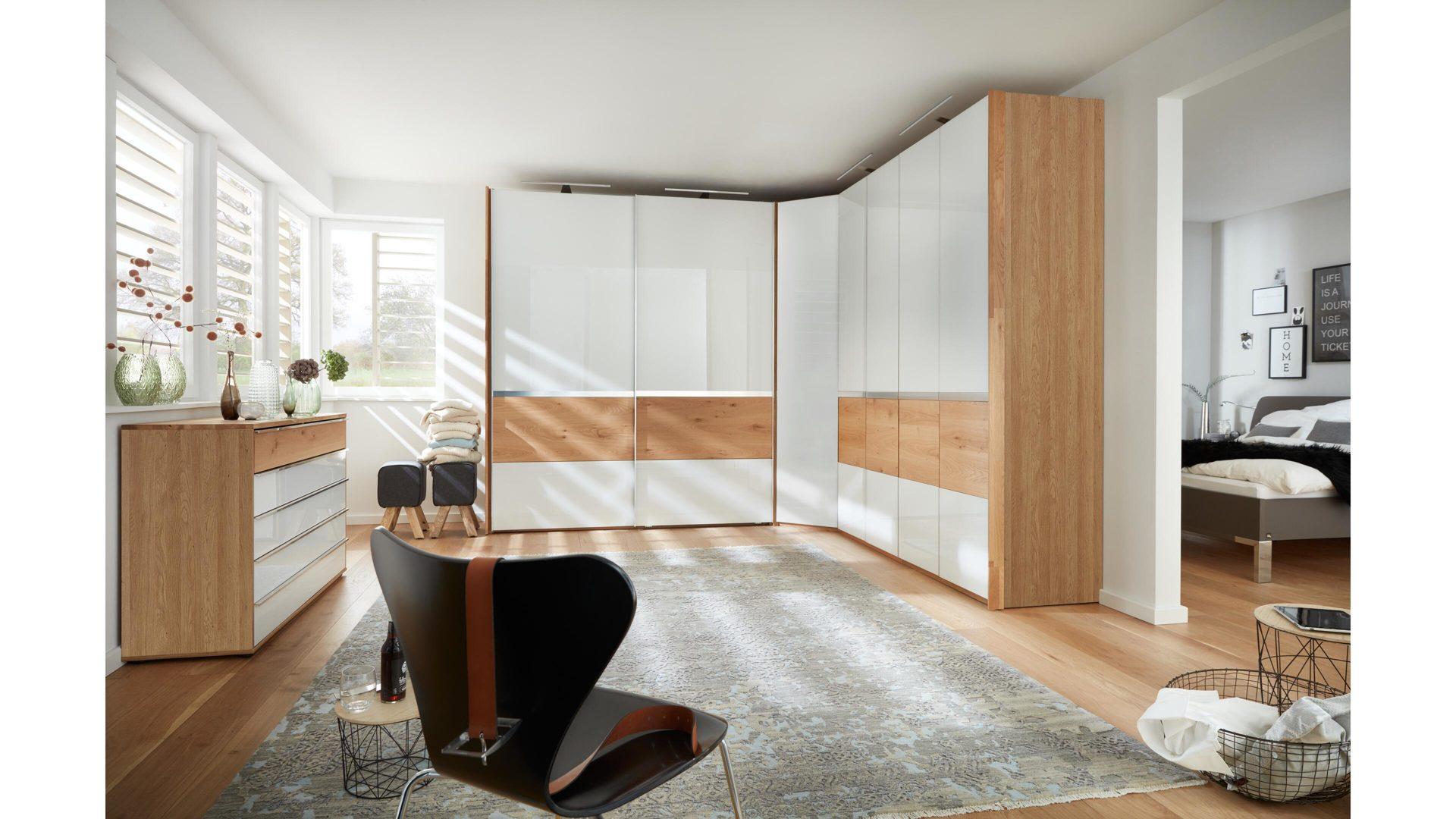 Interliving Schlafzimmer Serie 1202 – Eckschrankkombination, teilmassive  Balkeneiche & weißes Glas – dreiteilig