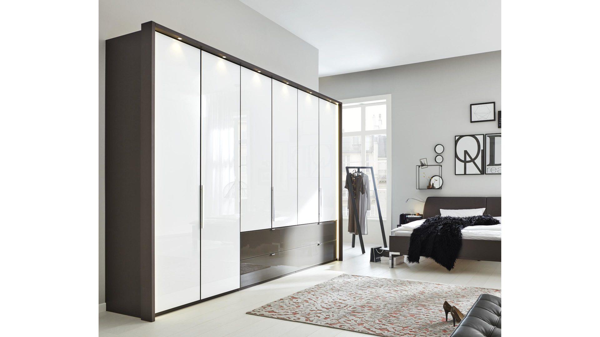 Interliving Schlafzimmer Serie 1006 – Kleiderschrank, alpinweiße &  havannafarbene Kunststoffoberflächen – sechs Türen