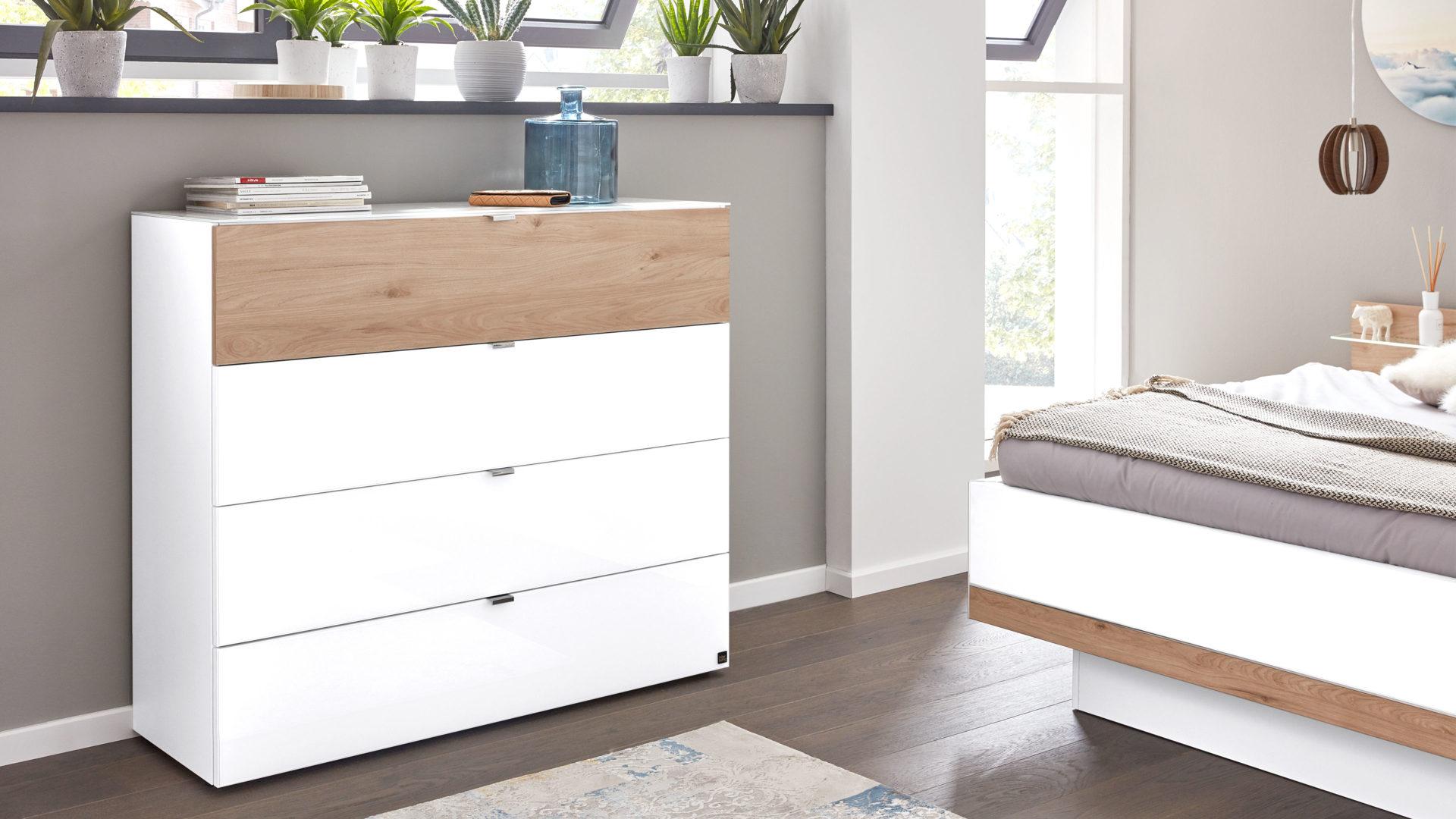 Interliving Schlafzimmer Serie 1010 – Schubladenkommode, weißes Glas &  Jackson eichefarbene Kunststoffoberflächen – vier S