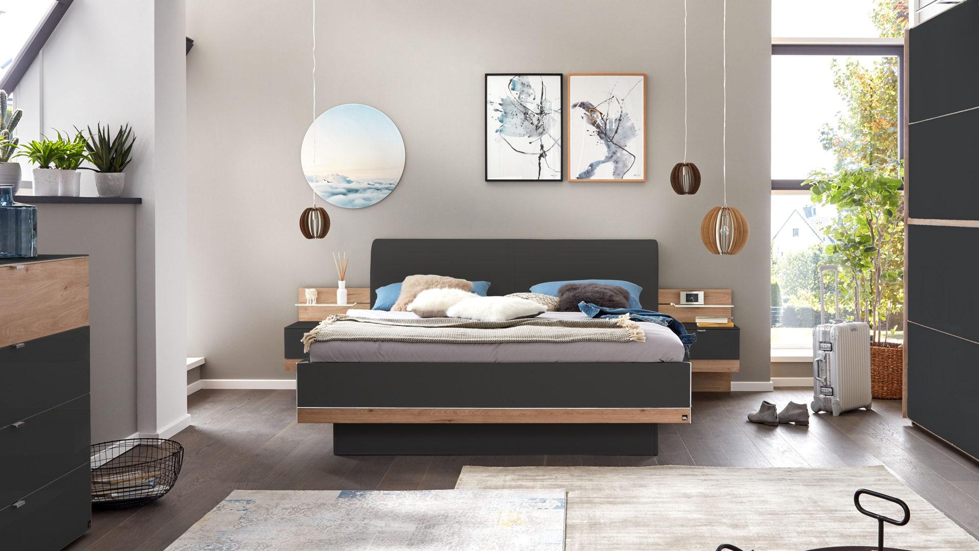 Interliving Schlafzimmer Serie 1010 – Doppelbettgestell mit Nachtkonsolen,  basalt- & Jackson eichefarbene Kunststoffoberfläch