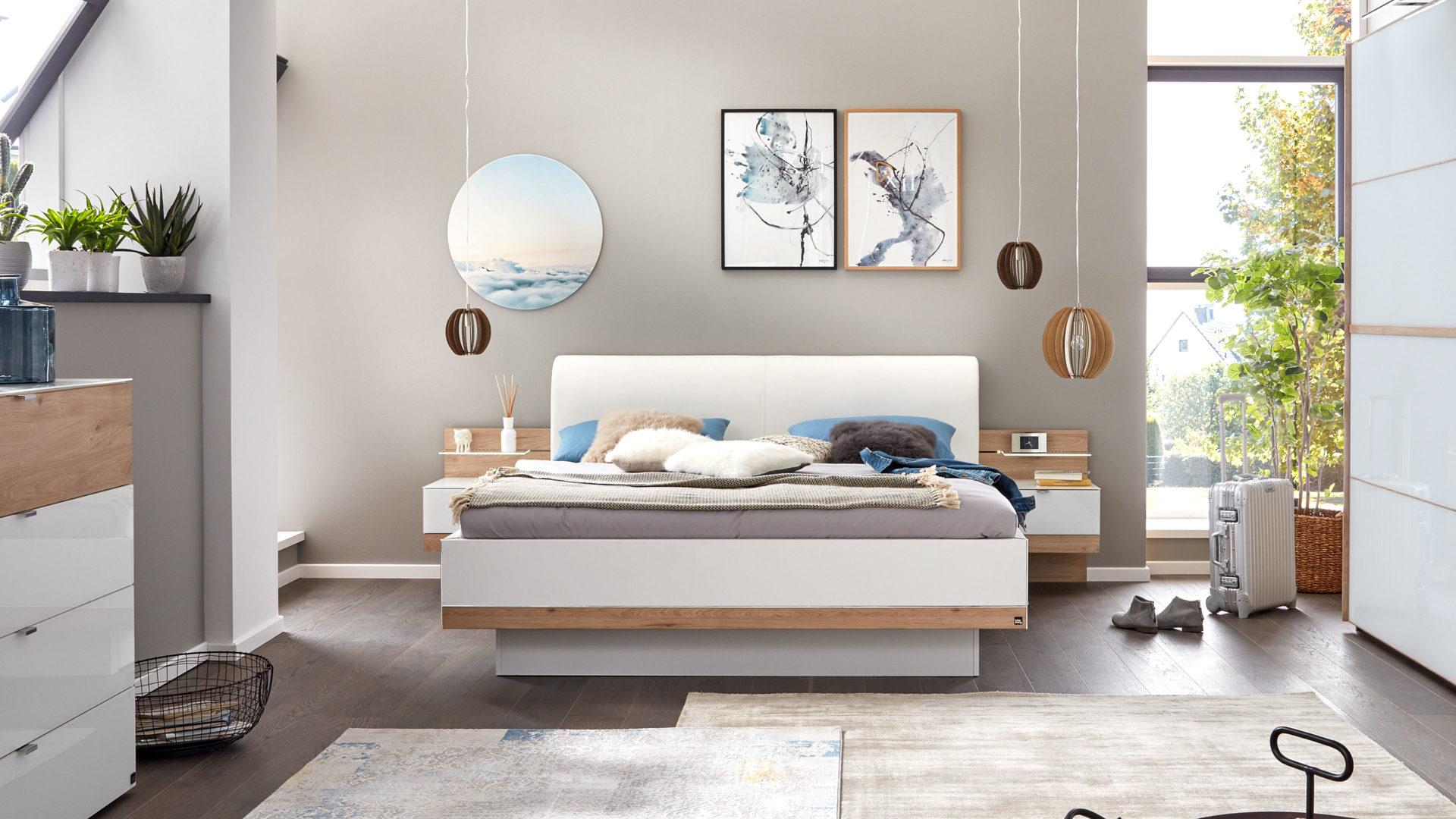 Interliving Schlafzimmer Serie 1010 – Doppelbettgestell mit Nachtkonsolen,  polarweiße & Jackson eichefarbene Kunststoffoberfl