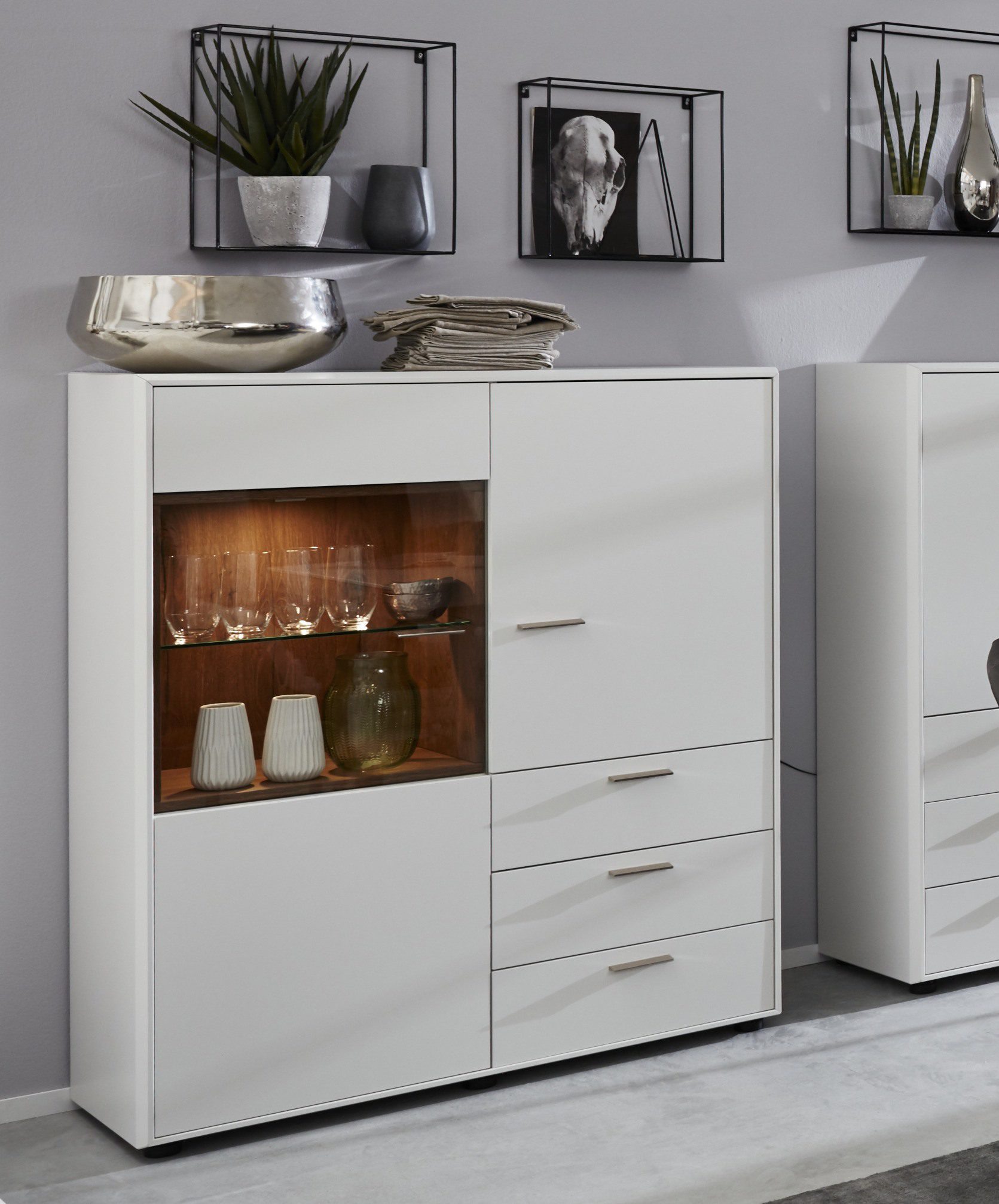 Interliving Wohnzimmer Serie 2102 Highboard 510540 Mit Beleuchtung Dunkles Asteiche Furnier Weißer Mattlack Drei Türe