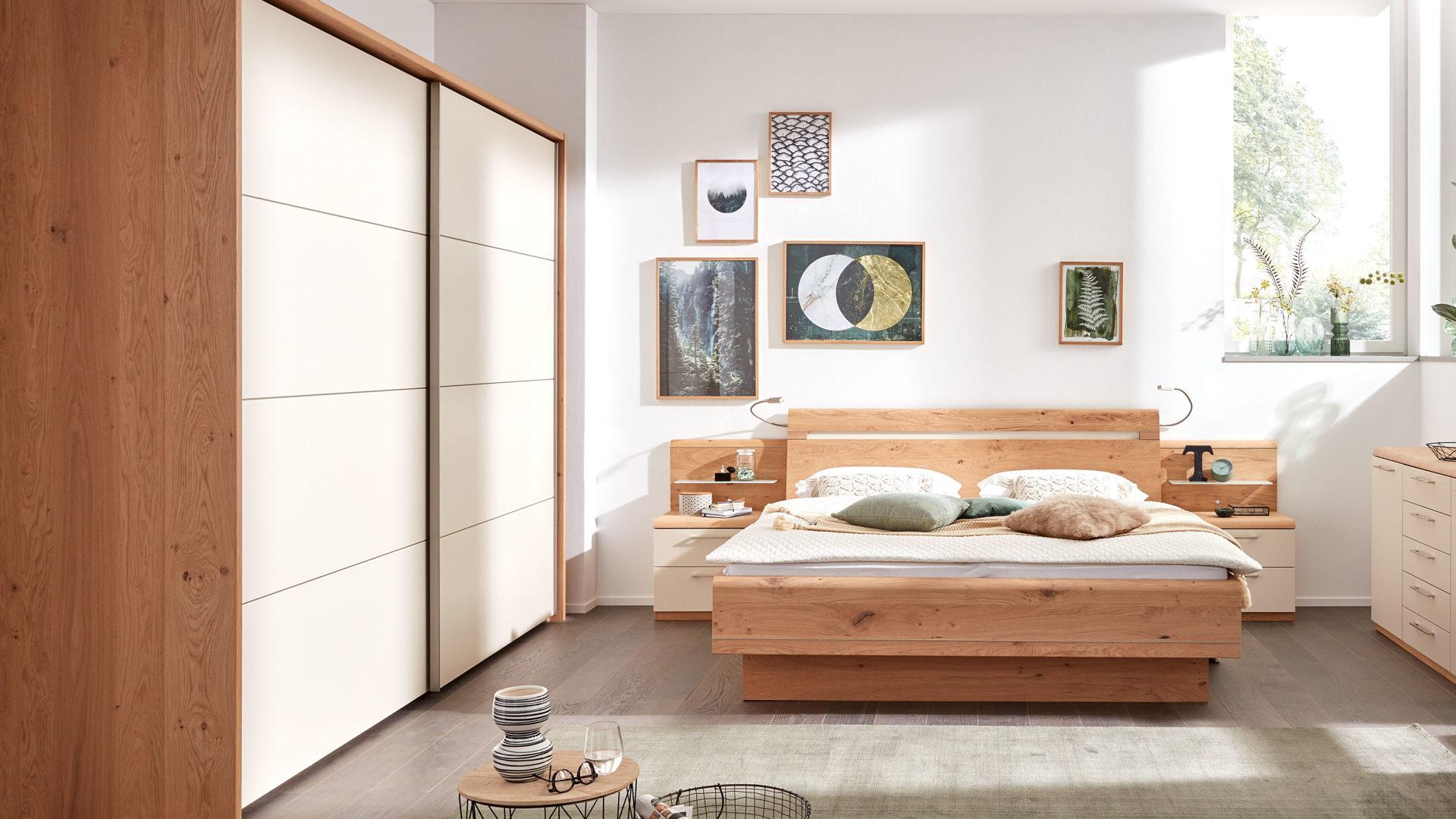 Interliving Schlafzimmer Serie 1013 – Schlafzimmerkombination mit  Flexleuchten, sandfarbene Lackoberflächen & Balkeneiche –