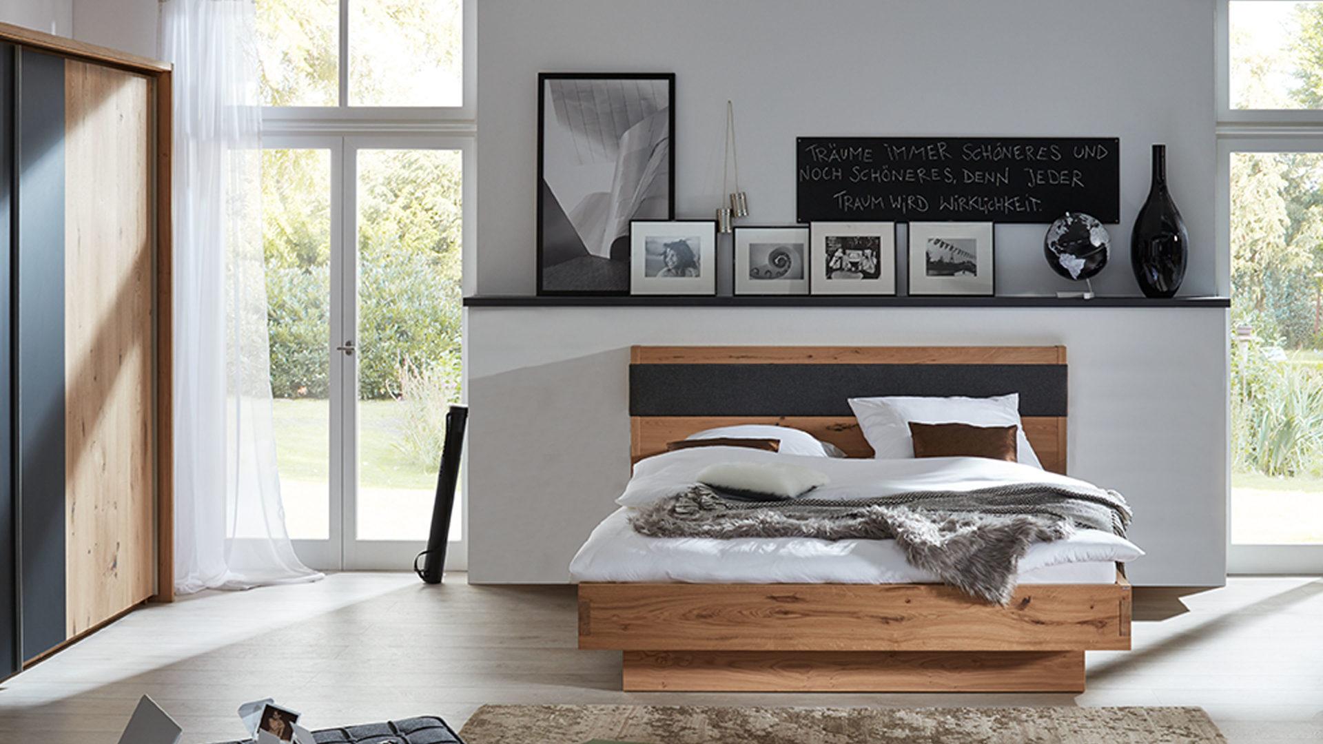 Interliving Schlafzimmer Serie 1004 – Bettgestell, Alteiche Rustiko &  basaltgrauer Lodenstoff – Liegefläche ca. 180 x 200 c