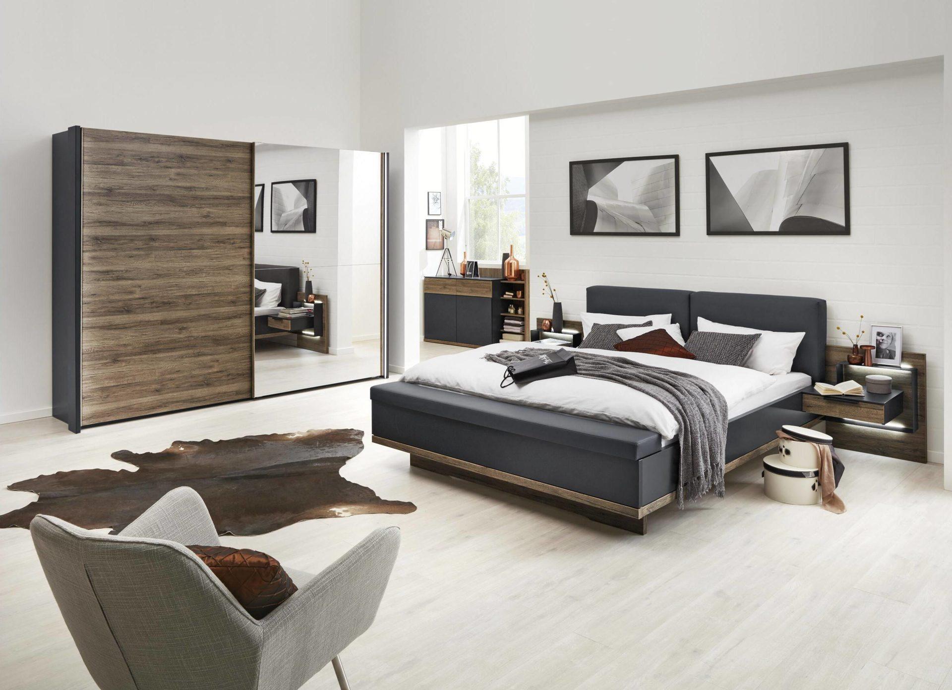 Interliving Schlafzimmer Serie 1007 – Schlafzimmerkombination, dunkle  Sanremo eichefarbene & mattschwarze Kunststoffoberfläch