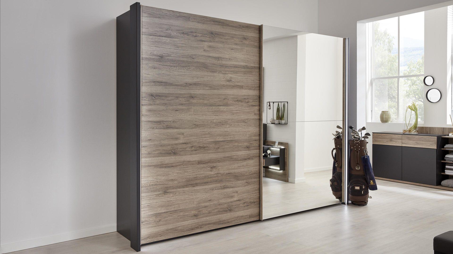 Interliving Schlafzimmer Serie 12 – Schwebetürenschrank, dunkle Sanremo  eichefarbene & mattschwarze Kunststoffoberflächen