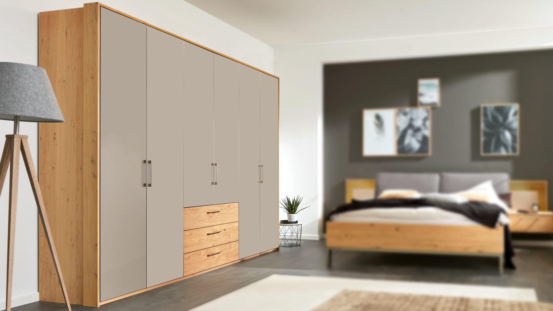 Interliving Schlafzimmer Serie 1008 – Kleiderschrank, matte taupefarbene  Lackoberflächen & Balkeneiche – sechs Türen, drei