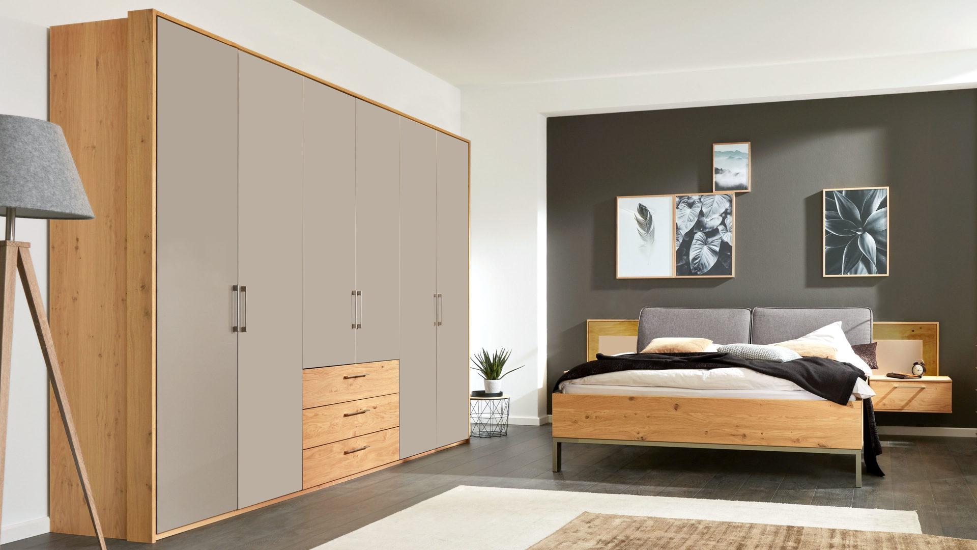 Interliving Schlafzimmer Serie 1008 – Schlafzimmerkombination, taupefarbene  Lackoberflächen & Balkeneiche – vierteilig, Kom