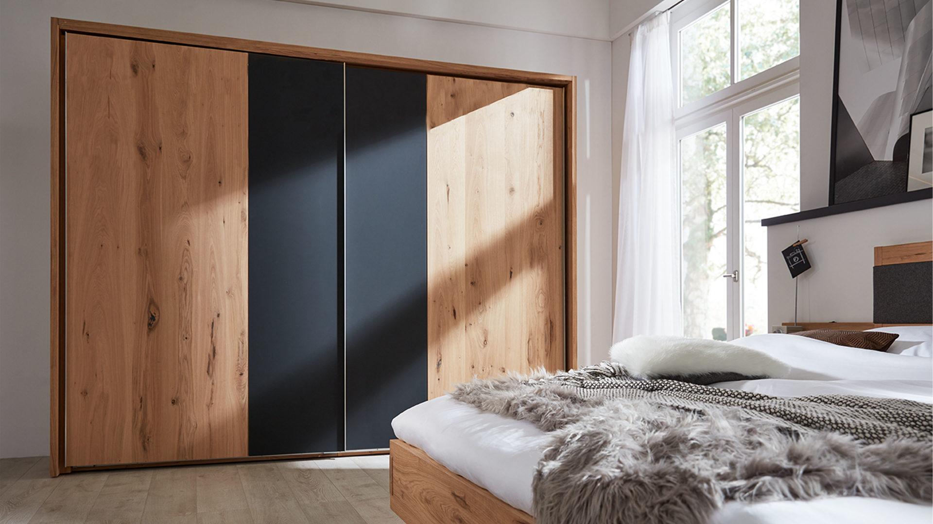 Interliving Schlafzimmer Serie 1004 – Schwebetürenschrank, Alteiche Rustiko  & Anthrazit – Breite ca. 295 cm