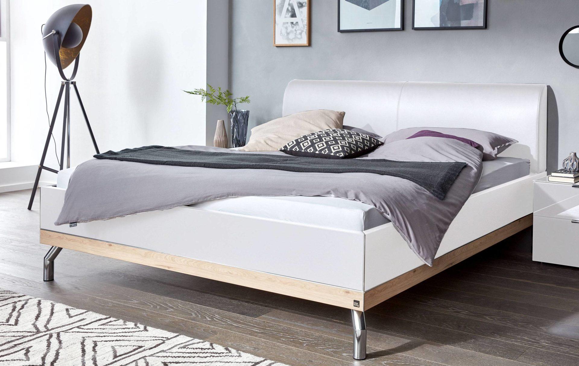 Interliving Schlafzimmer Serie 1010 – Doppelbettgestell, polarweiße &  Jackson eichefarbene Kunststoffoberflächen, weißes Ku