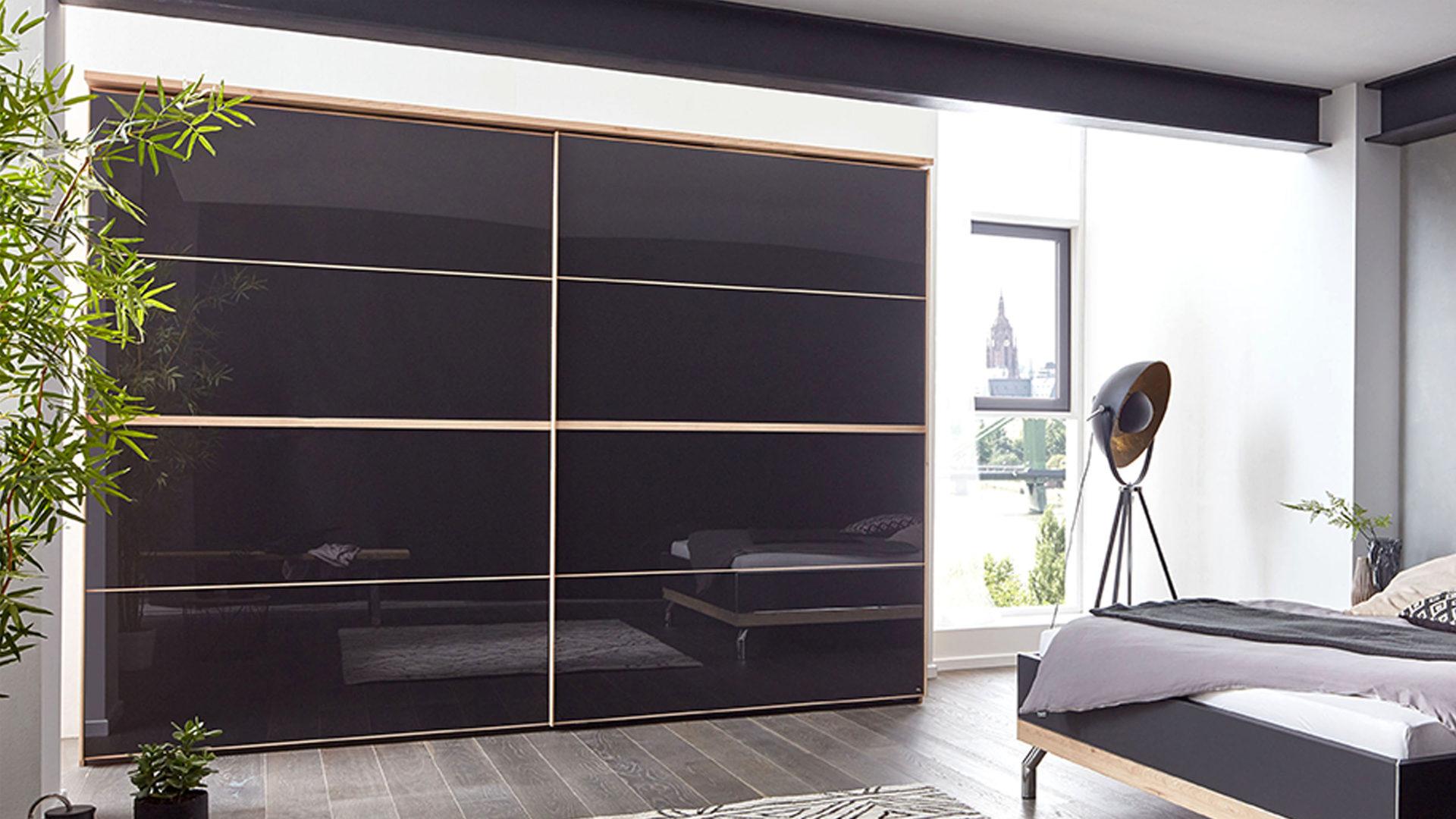 Interliving Schlafzimmer Serie 1010 – Schwebetürenschrank, basaltfarbenes  Glas & Jackson eichefarbene Kunststoffoberflächen
