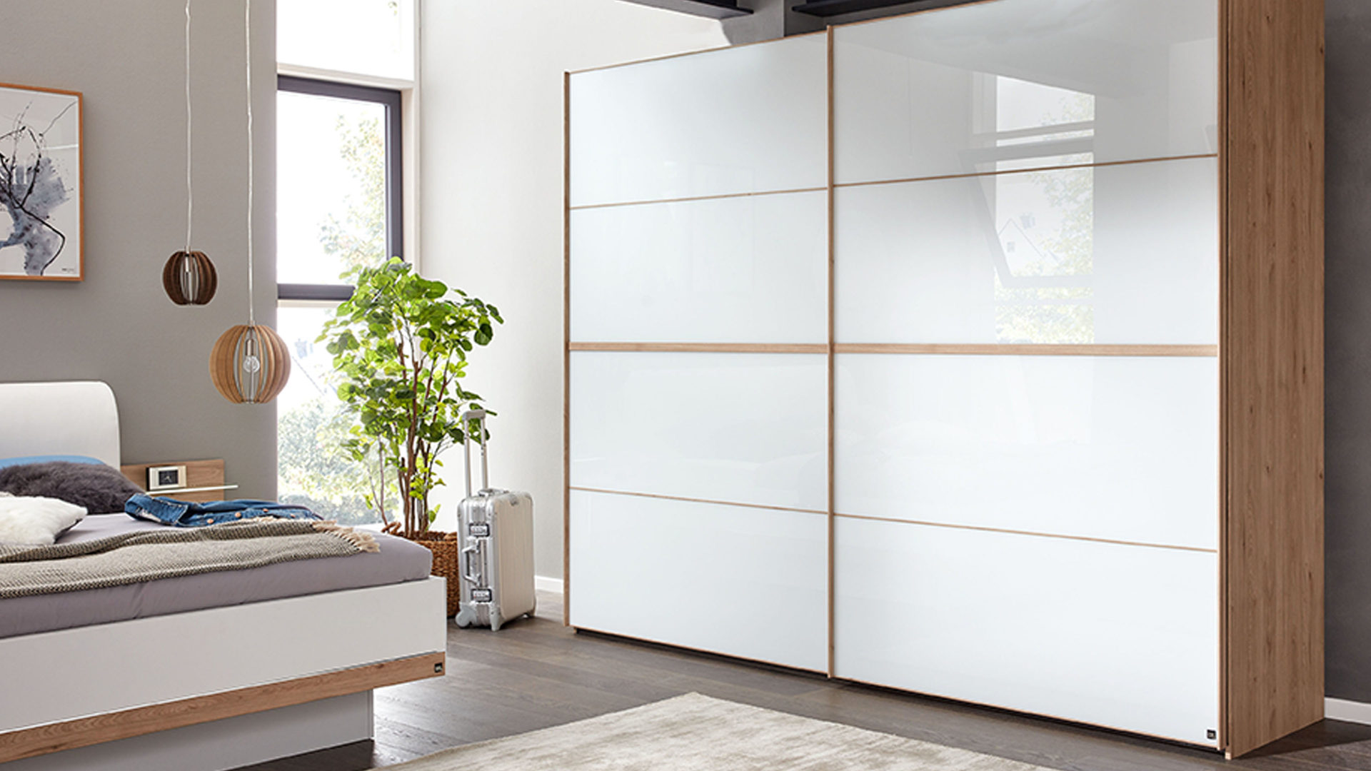 Interliving Schlafzimmer Serie 1010 – Schwebetürenschrank, weißes Glas &  Jackson eichefarbene Kunststoffoberflächen – Bre