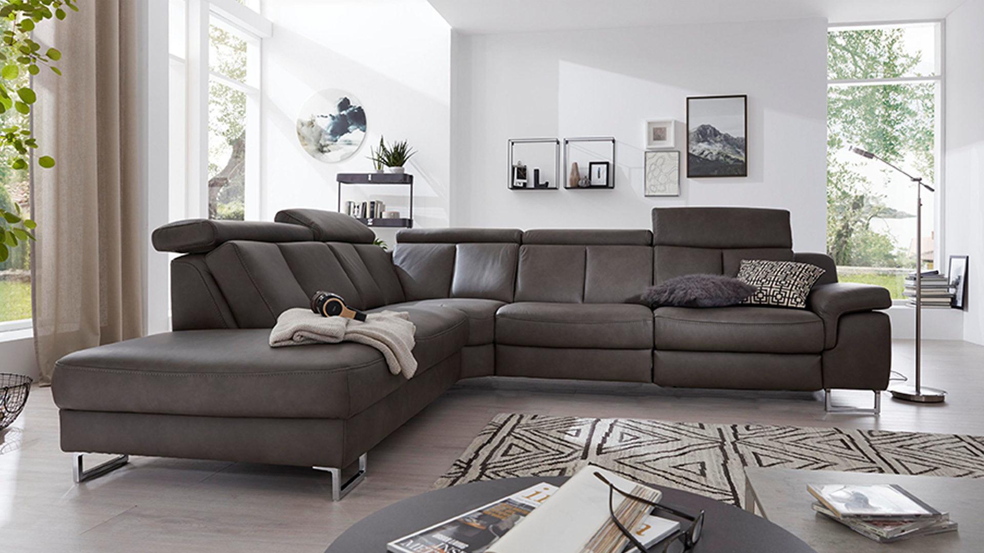 Interliving Sofa Serie 12 – Eckkombination, graues LongLife Leder Cloudy  Grey & Chromfüße – Schenkelmaß ca. 12 x 12 c