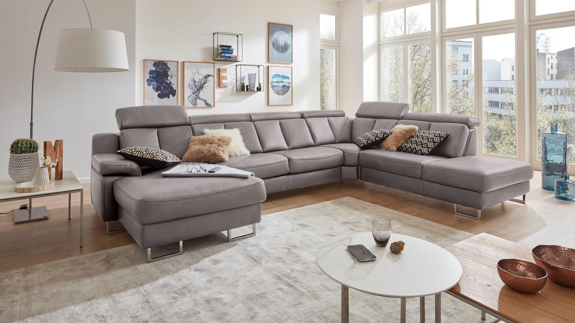 Interliving Sofa Serie 12 – Wohnlandschaft, graues LongLife Leder Cloudy  Grey & Chromfüße – Stellfläche ca. 12 x 12 c