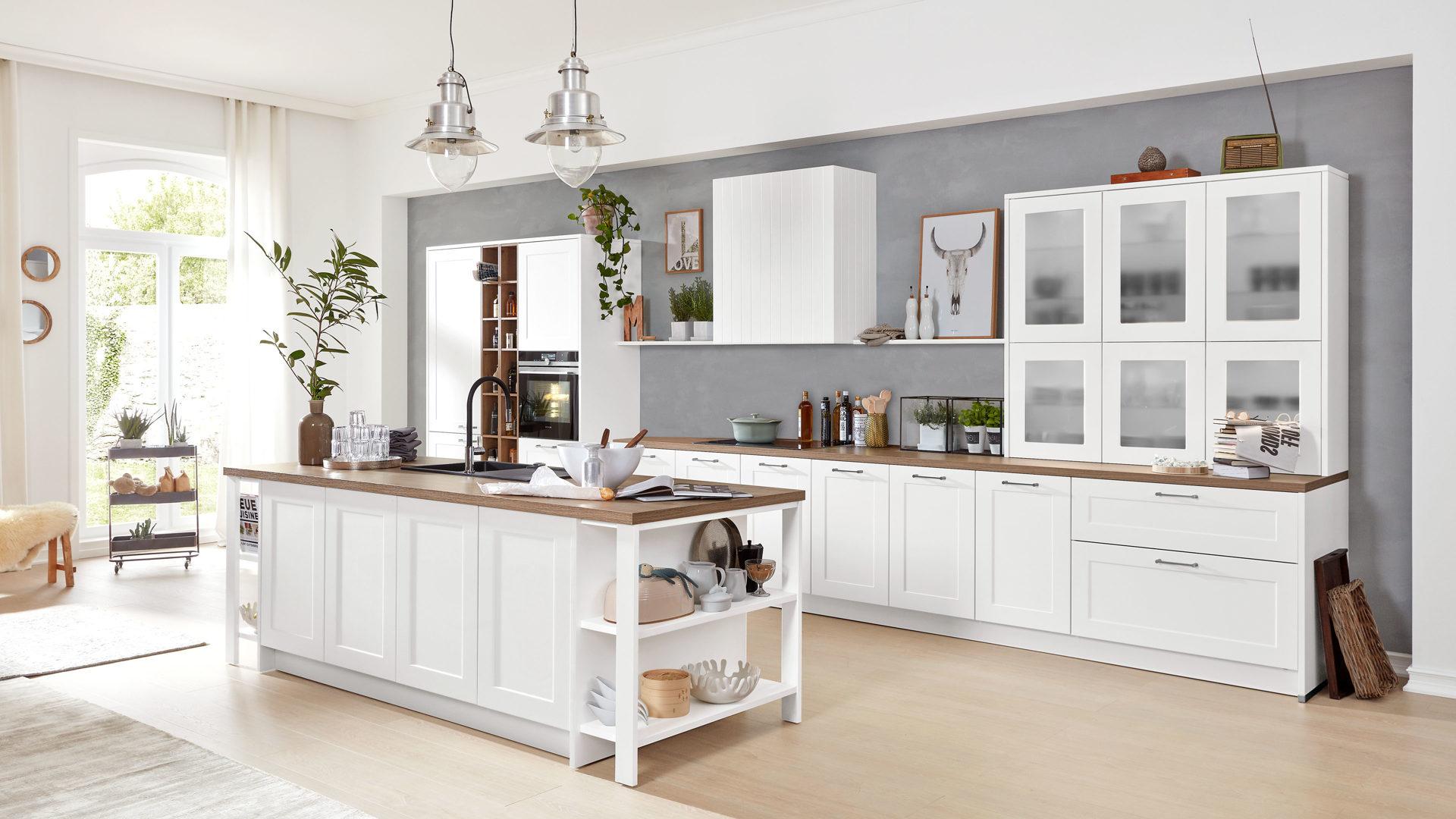 Interliving Küche Serie 3002 mit SIEMENS Einbaugeräten, weiße &  steineichefarbene Kunststoffoberflächen – Länge ca. 260 u
