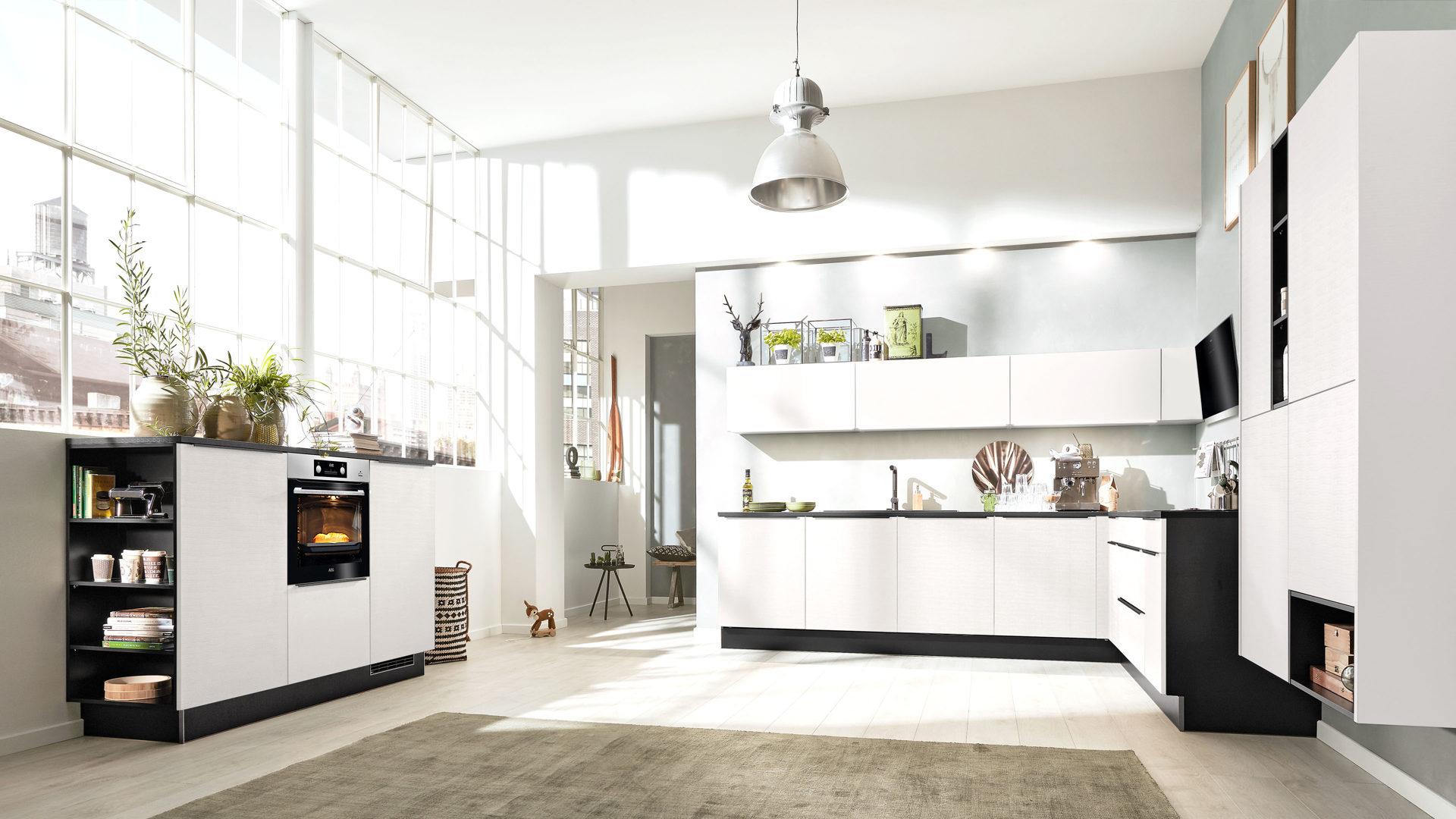 Interliving Küche Serie 3004 mit AEG Einbaugeräten, cottonweiße &  cottonschwarze Kunststoffoberflächen – vierteilig