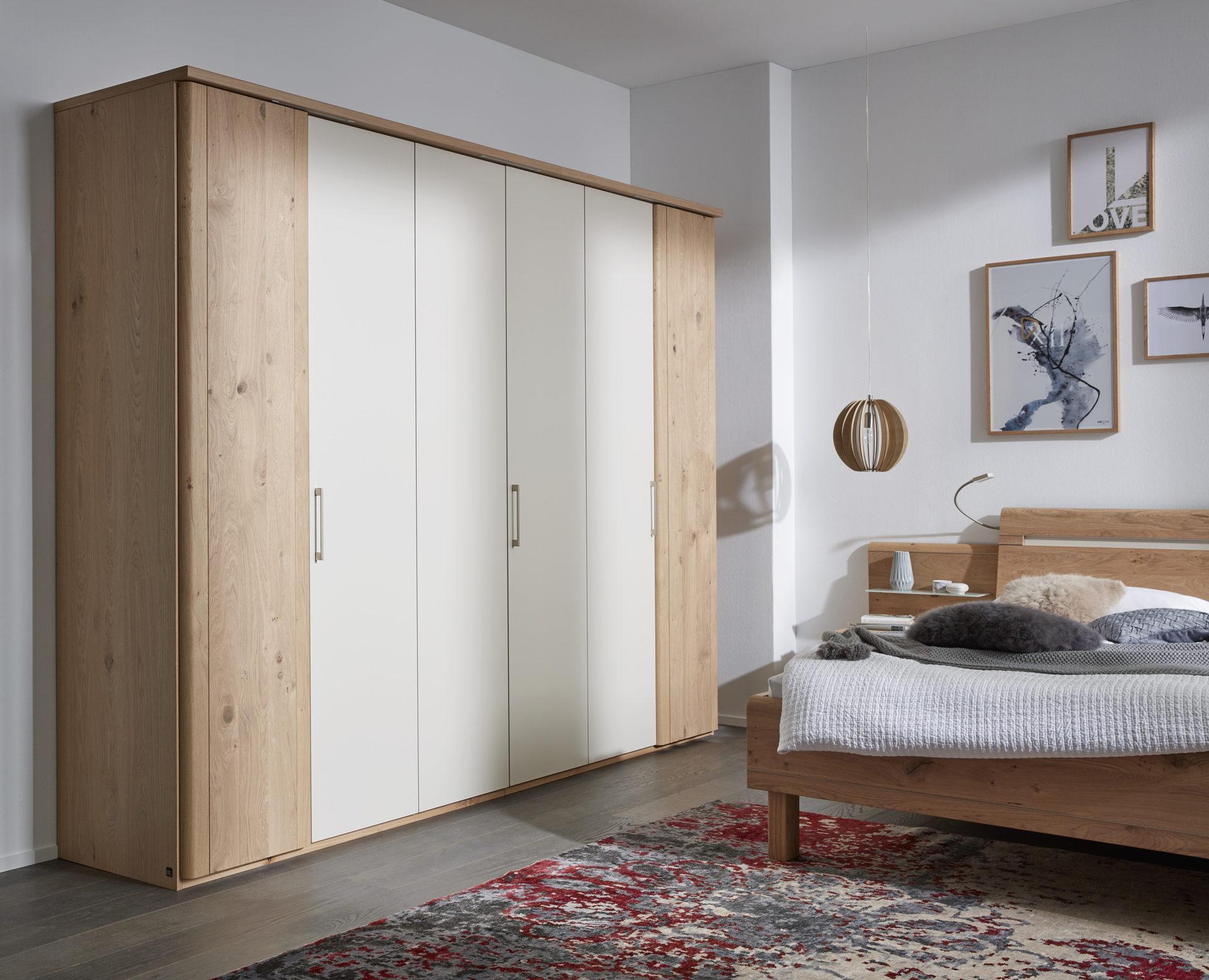 Interliving Schlafzimmer Serie 1013 – Kleiderschrank, sandfarbene  Lackoberflächen & Balkeneiche – sechs Türen