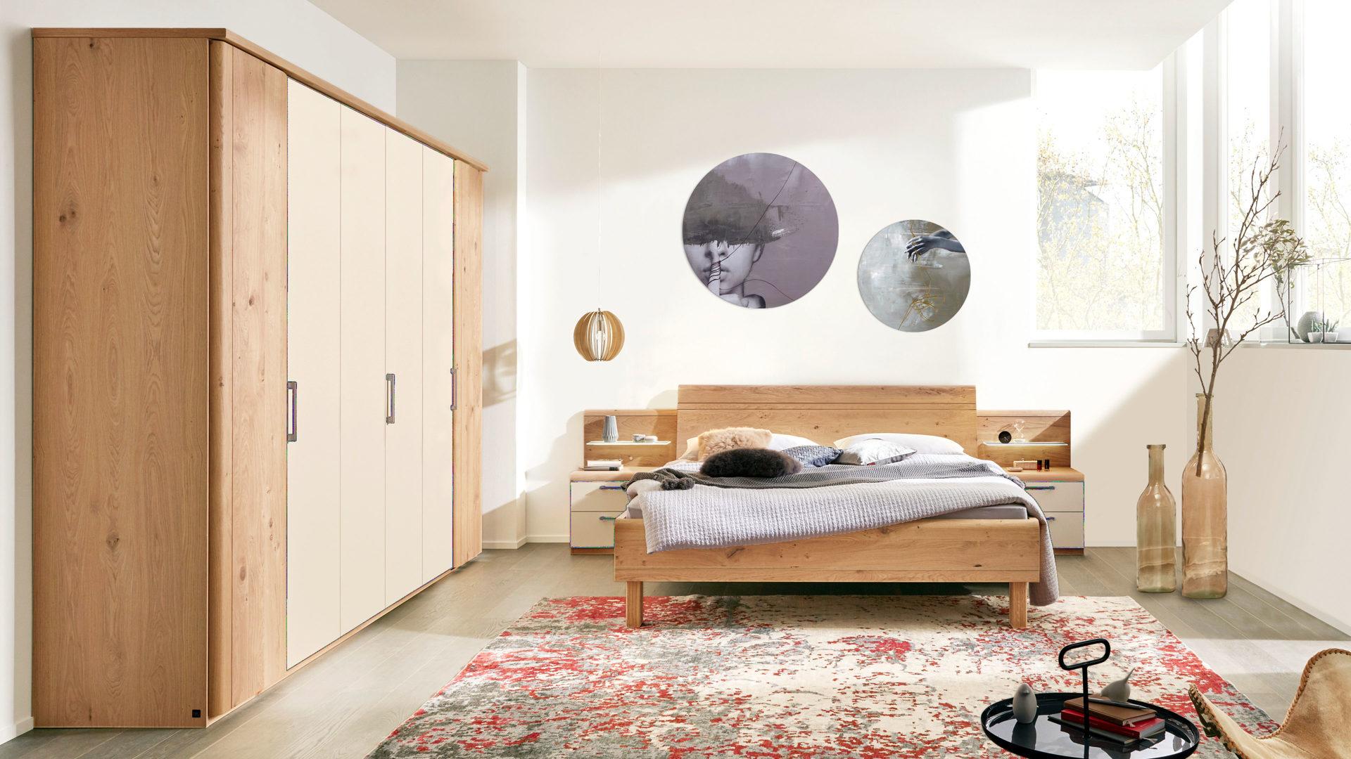 Interliving Schlafzimmer Serie 1013 – Schlafzimmerkombination mit  Aufsätzen, sandfarbene Lackoberflächen & Balkeneiche – s