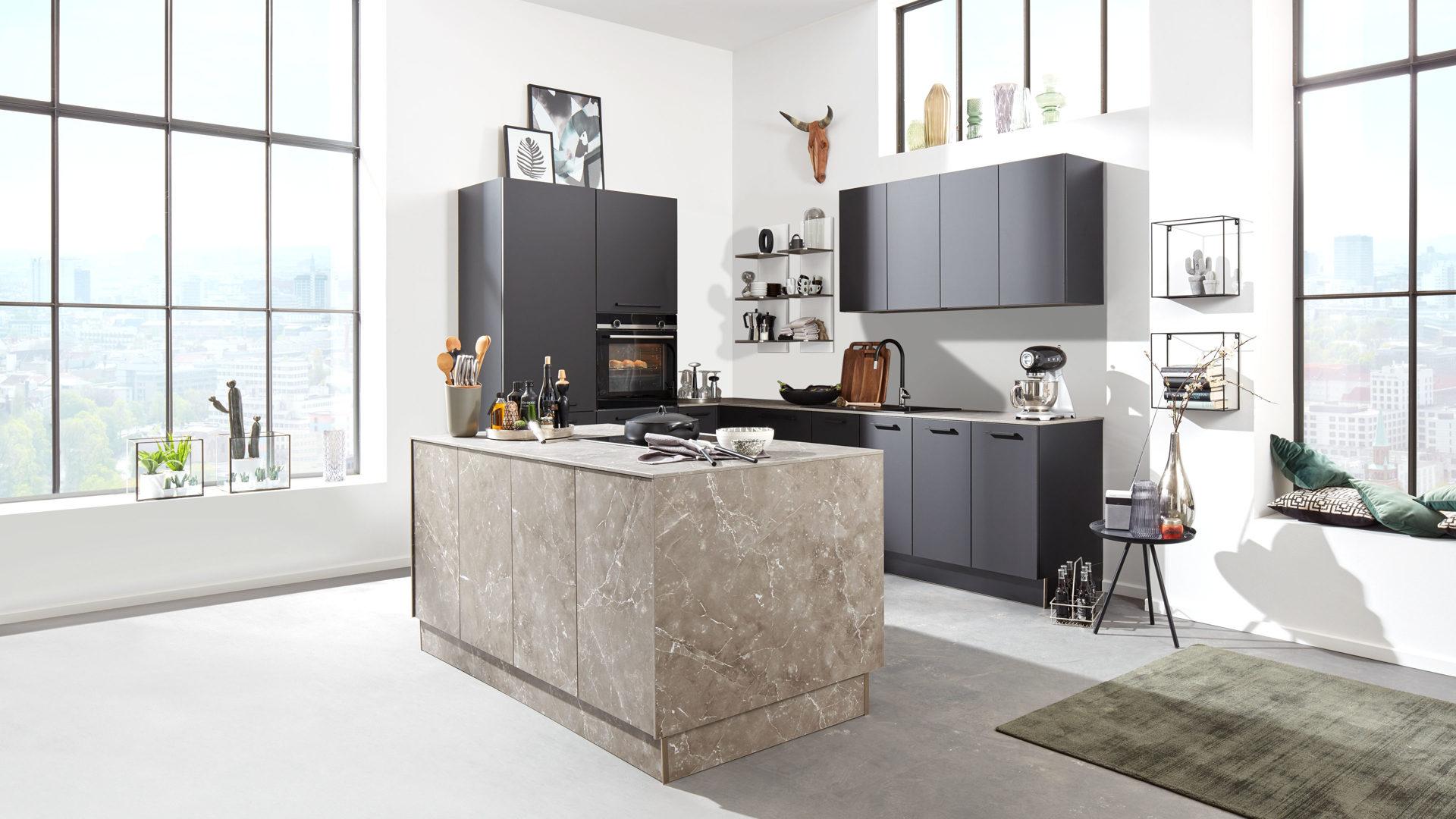 Interliving Küche Serie 3012 mit SIEMENS Einbaugeräten, schwarze &  marmorgraue Kunststoffoberflächen – dreiteilig