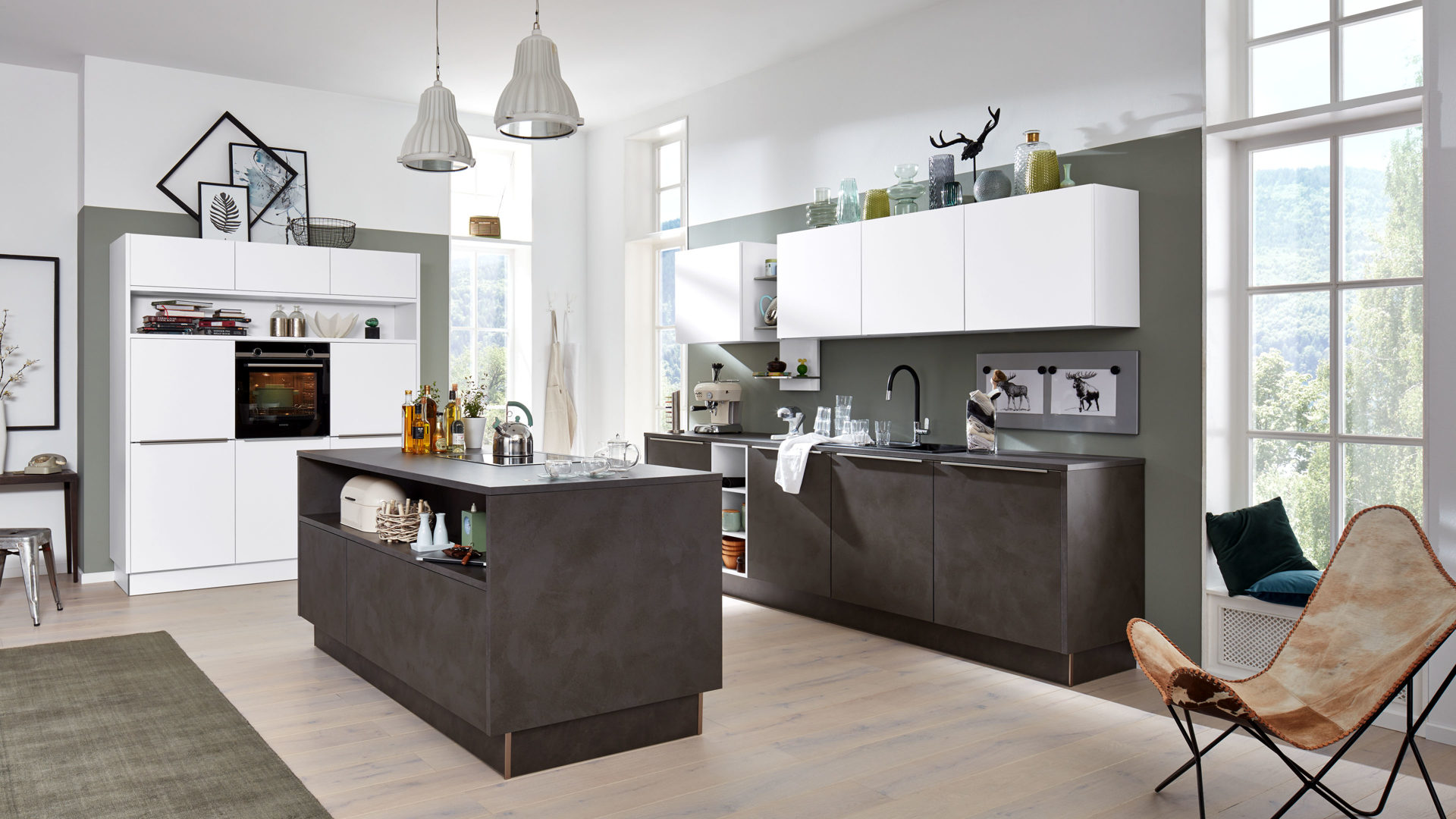 Interliving Küche Serie 3011 mit SIEMENS Einbaugeräten, Zement  anthrazitfarbene & weiße Kunststoffoberflächen – dreiteilig