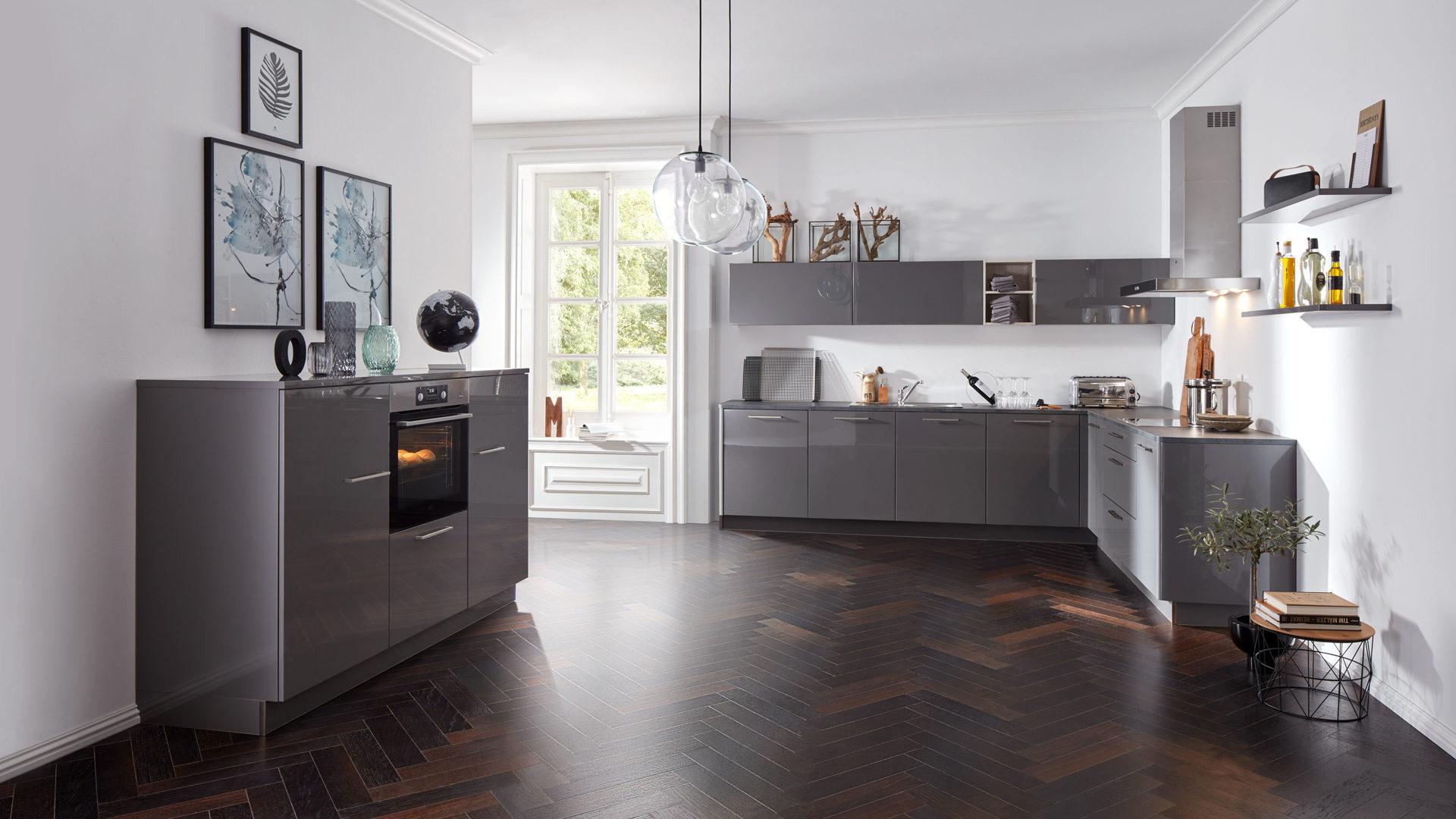 Interliving Küche Serie 3007 mit AEG Einbaugeräten, quarzgraue Lack- &  Kunststoffoberflächen – zweiteilig