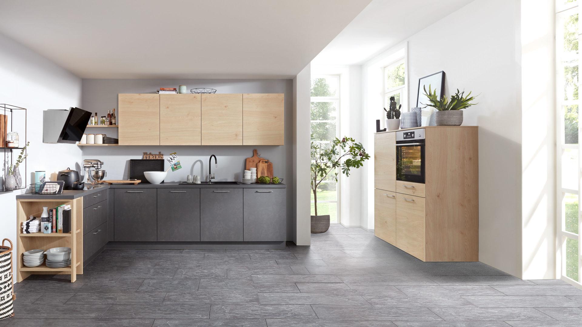 Interliving Küche Serie 3008 mit AEG Einbaugeräten, stahlgraue &  Asteichefarbene Kunststoffoberflächen – zweiteilig