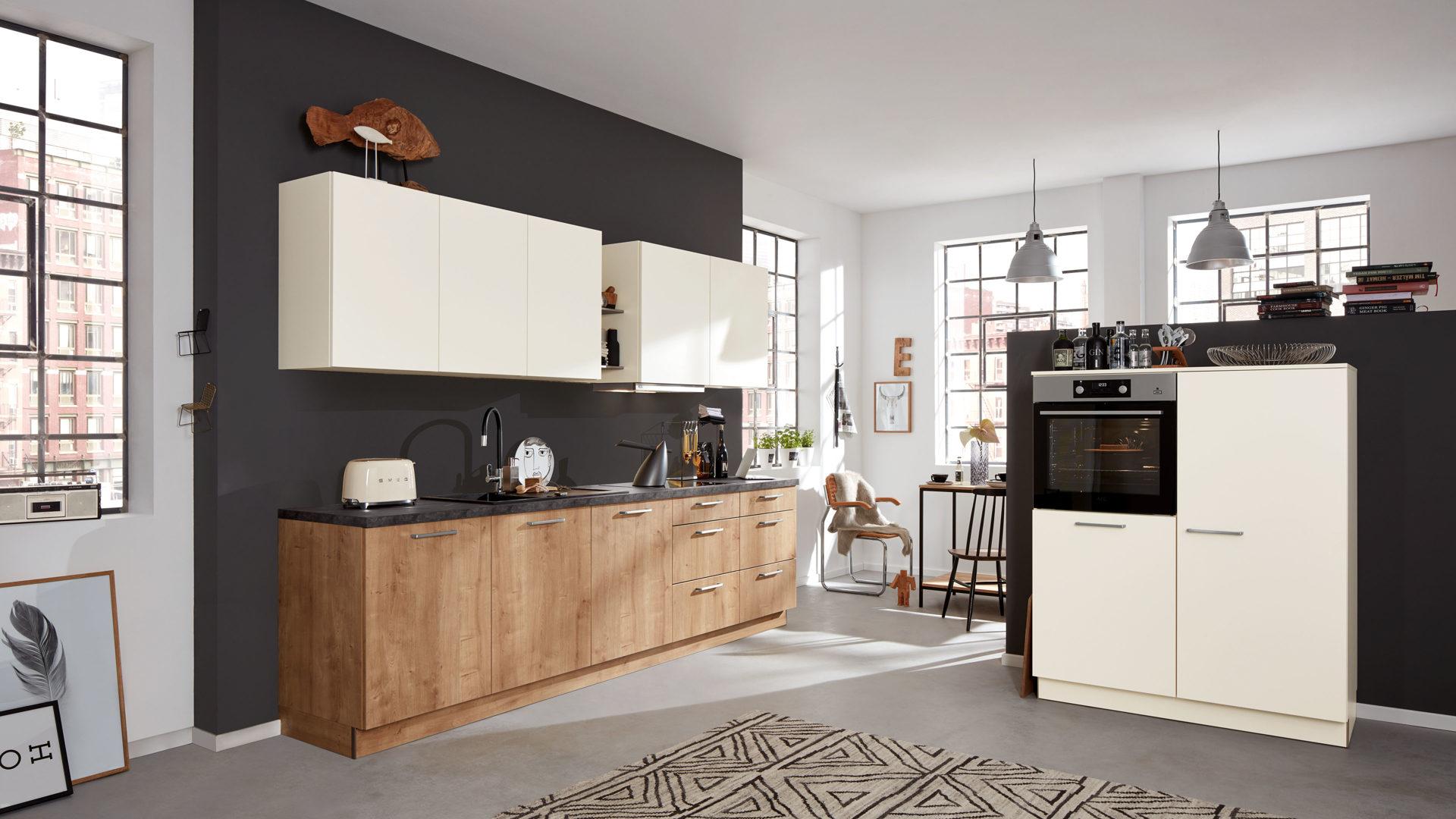 Interliving Küche Serie 3014 mit AEG Einbaugeräten, magnolien- &  Chaleteichefarbene Kunststoffoberflächen – zweiteilig
