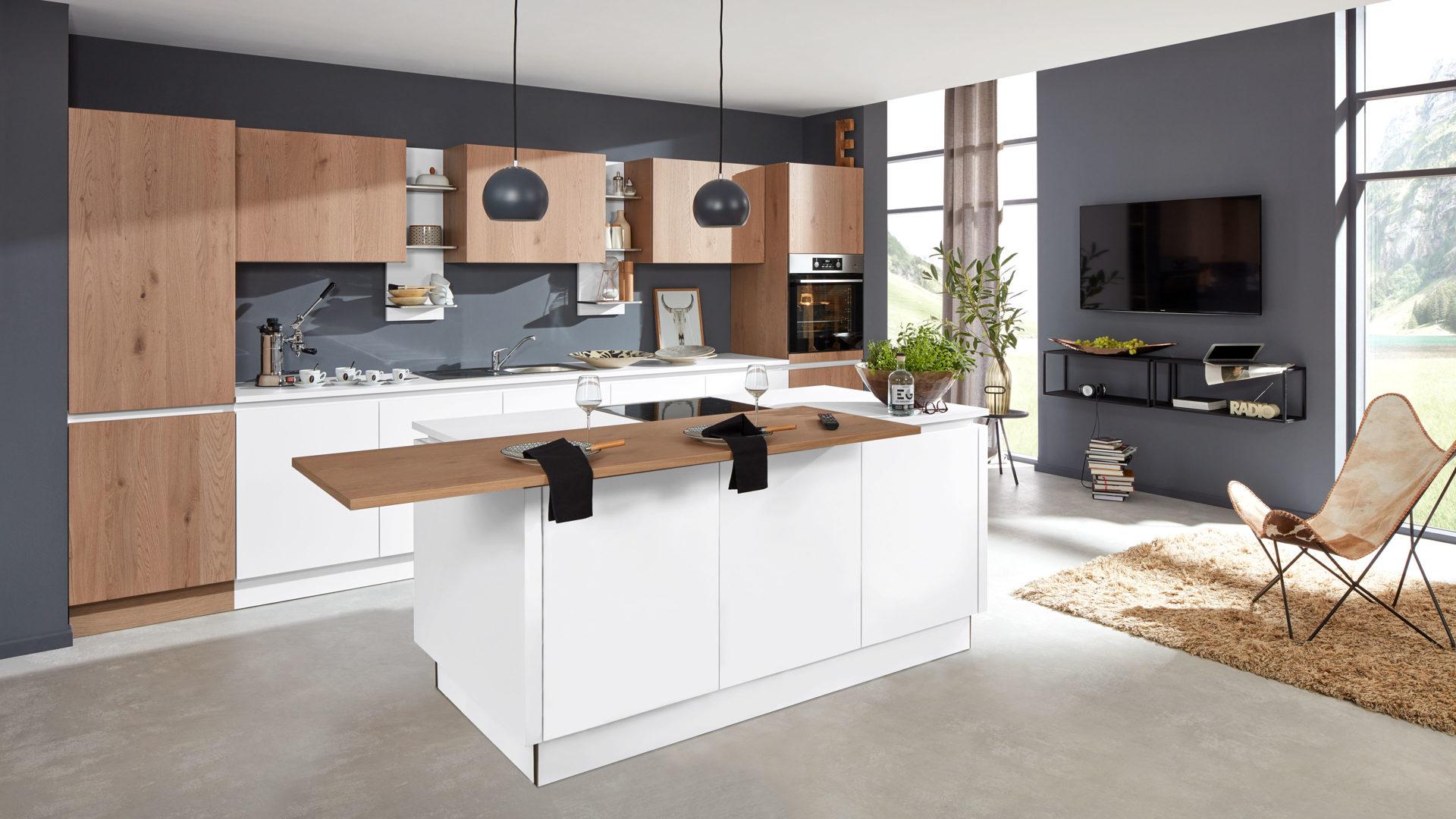 Interliving Küche Serie 3013 mit AEG Einbaugeräten, arcticweiße & Pinot  eichefarbene Kunststoffoberflächen – zweiteilig