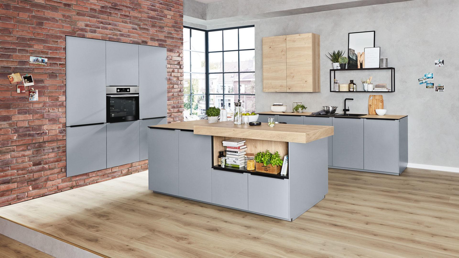 Interliving Küche Serie 3025 mit AEG Einbaugeräten, papyrusgraue &  asteichefarbene Kunststoffoberflächen – dreiteilig