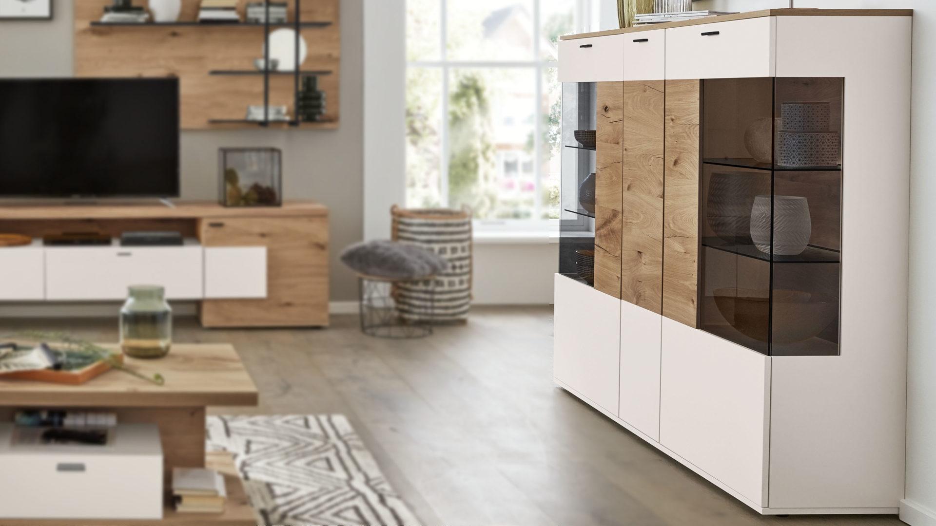 Interliving Wohnzimmer Serie 2104 – Highboard, weiße Lackoberflächen &  Balkeneiche – drei Türen