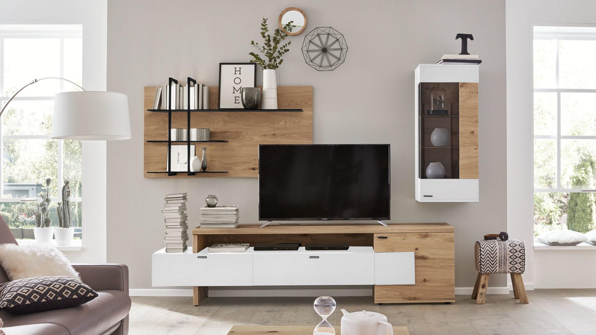 Interliving Wohnzimmer Serie 2104 – Wohnkombination, weiße Lackoberflächen  & Balkeneiche – dreiteilig, ca. 276 cm