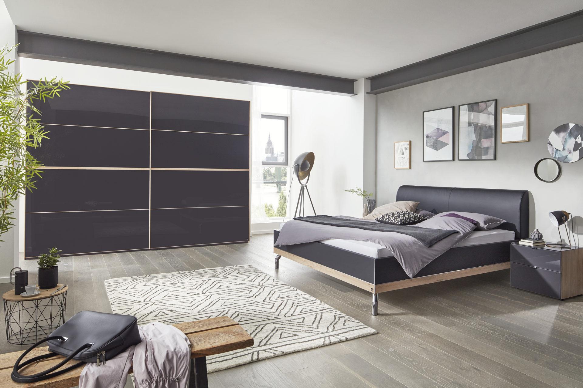 Interliving Schlafzimmer Serie 1010 – Schlafzimmerkombination,  basaltfarbenes Glas & Jackson eichefarbene Kunststoffoberfläch