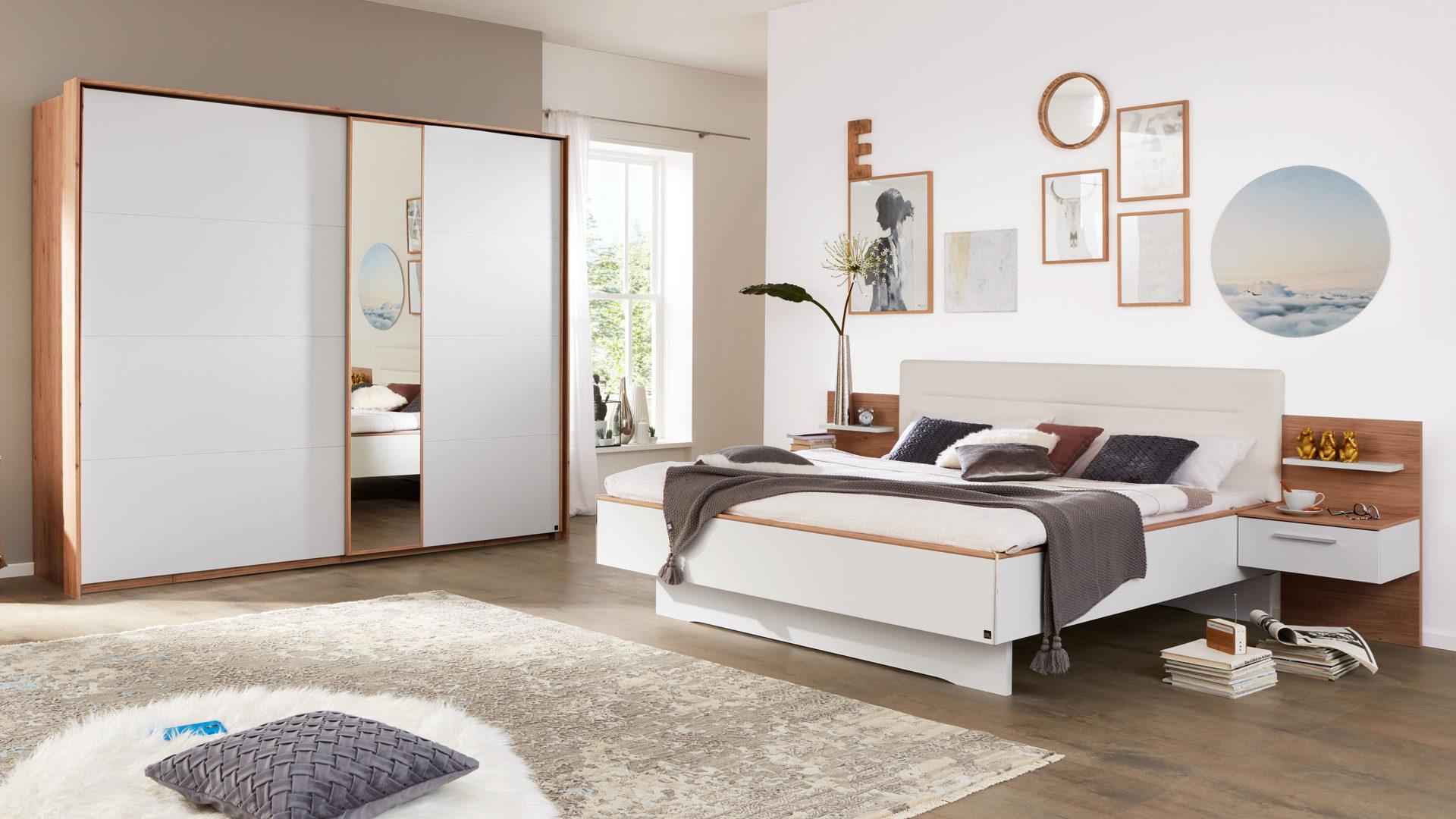Interliving Schlafzimmer Serie 1011 – Schlafzimmer mit Extras, Jackson  hickoryfarbene & weiße Kunststoffoberflächen – fün
