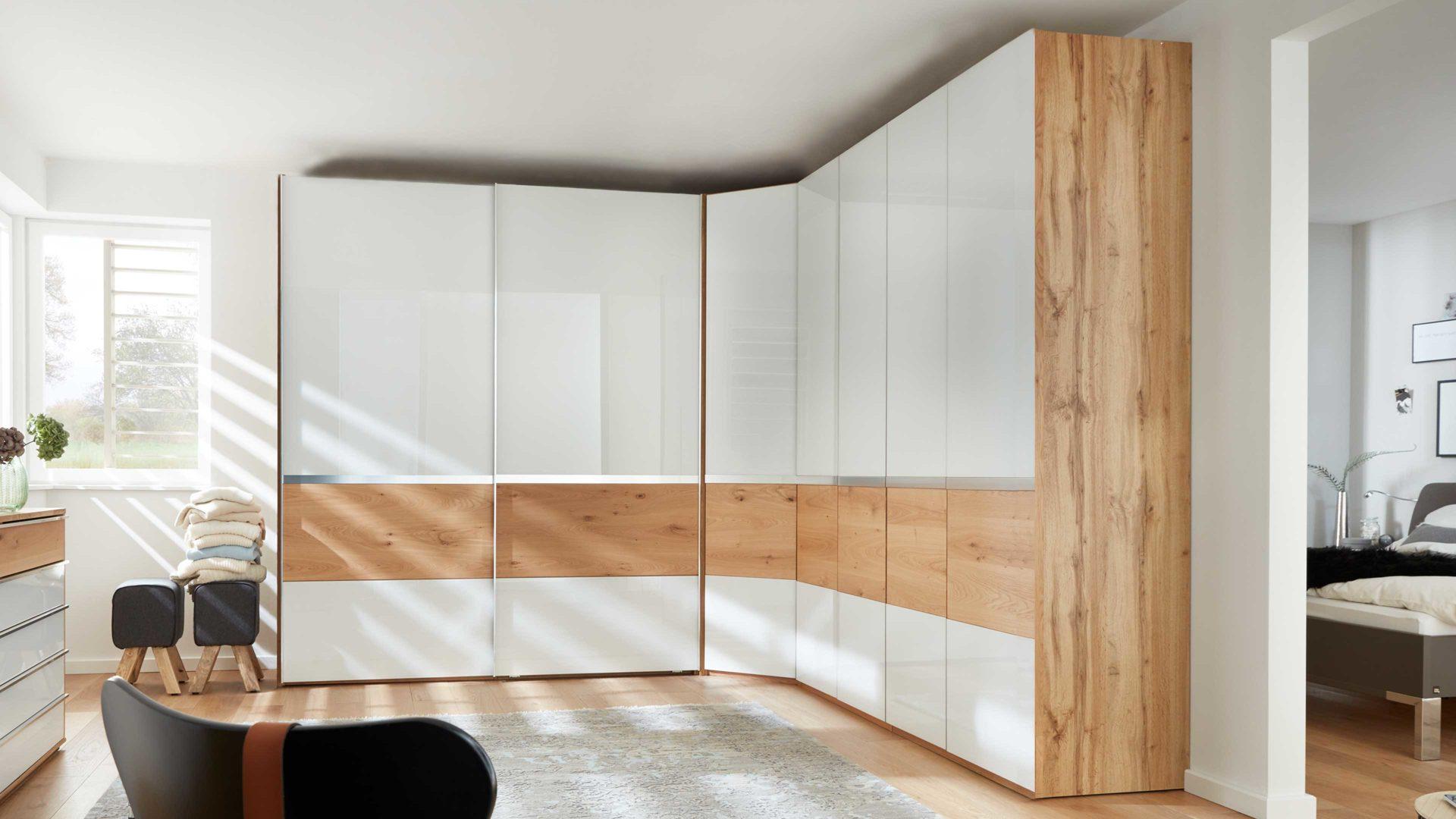 Interliving Schlafzimmer Serie 12 – Eckschrankkombination, teilmassive  Balkeneiche & weißes Glas – dreiteilig