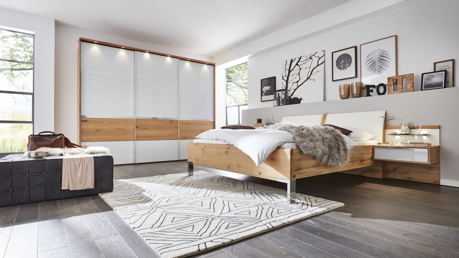 Interliving Schlafzimmer Serie 1202 – Schlafzimmerkombination, teilmassive  Balkeneiche & weißes Glas – vierteilig
