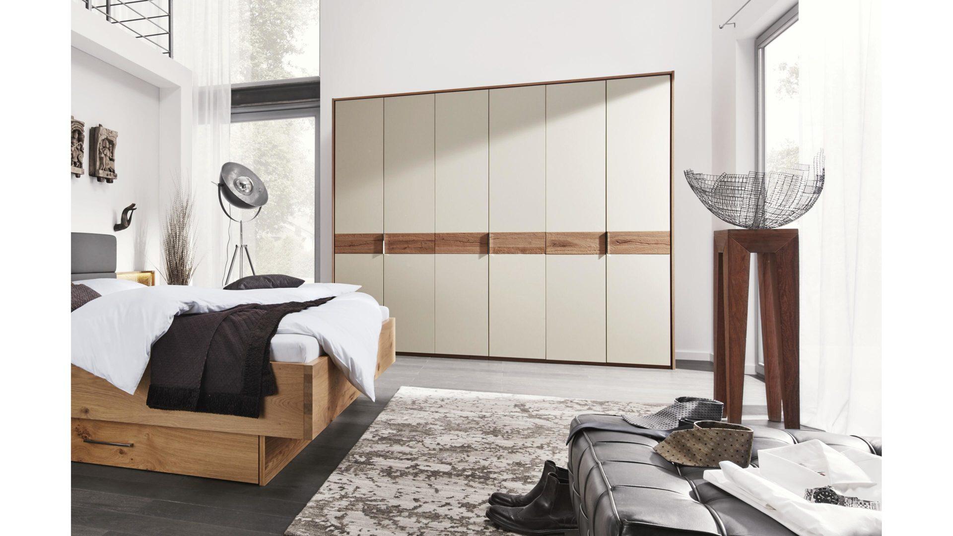Interliving Schlafzimmer Serie 1002 – Kleiderschrank, sandfarbener Lack &  Balkeneiche-Echtholzfurnier – sechs Türen
