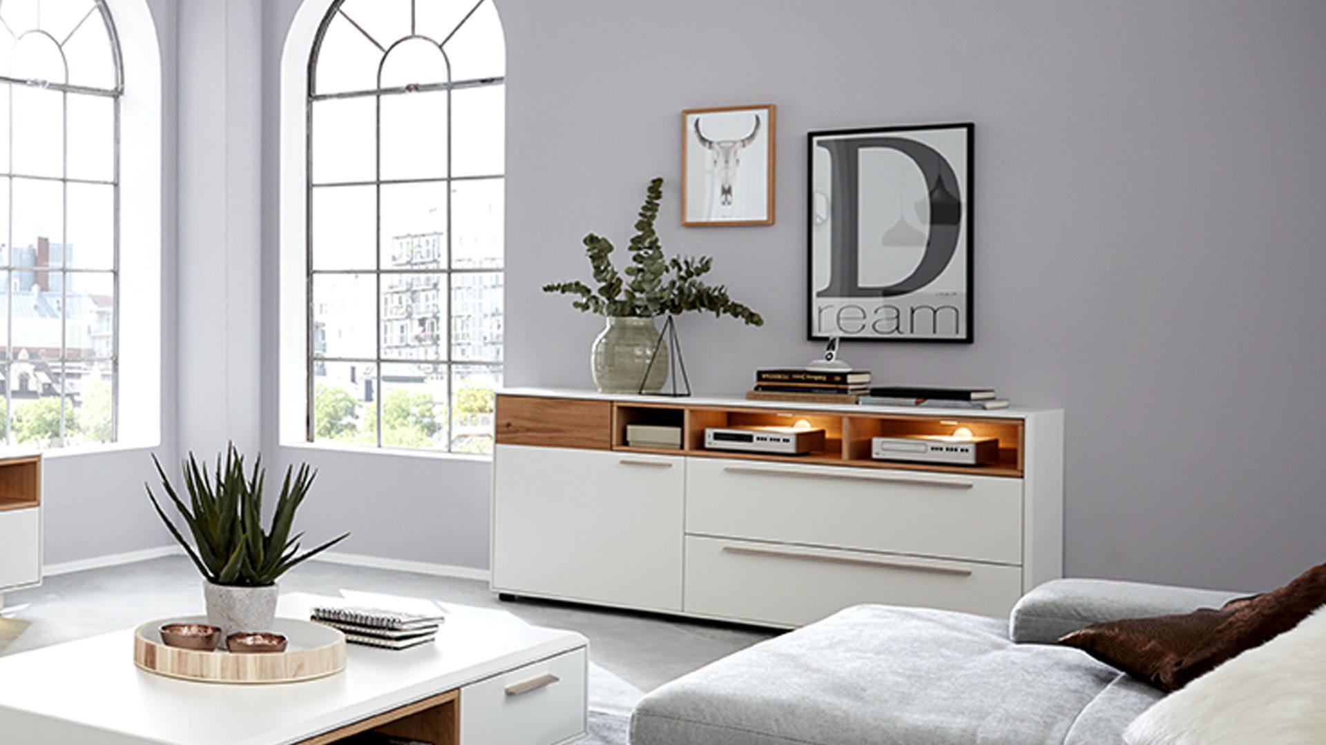 Interliving Wohnzimmer Serie 17 – Sideboard 17 mit Beleuchtung,  helles Asteiche-Furnier & weißer Mattlack – eine Tür