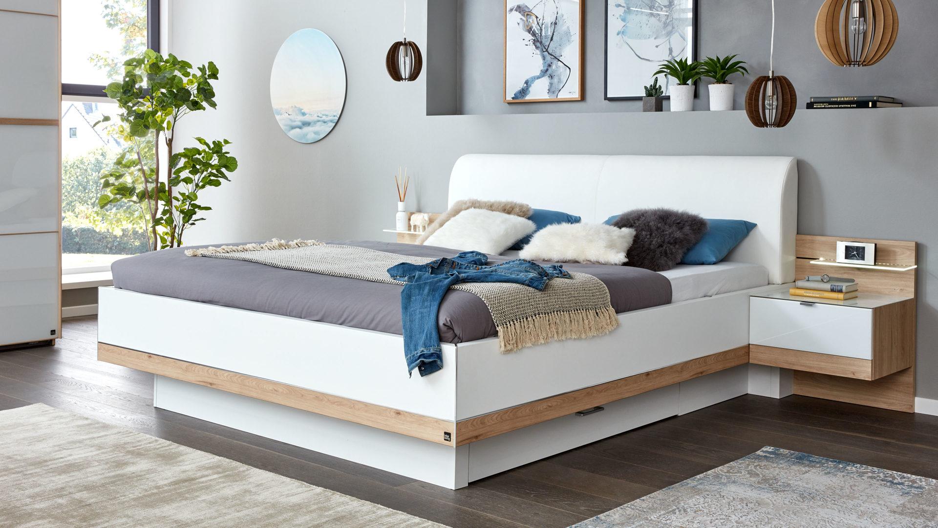 Interliving Schlafzimmer Serie 1010 – Doppelbettgestell mit Nachtkonsolen