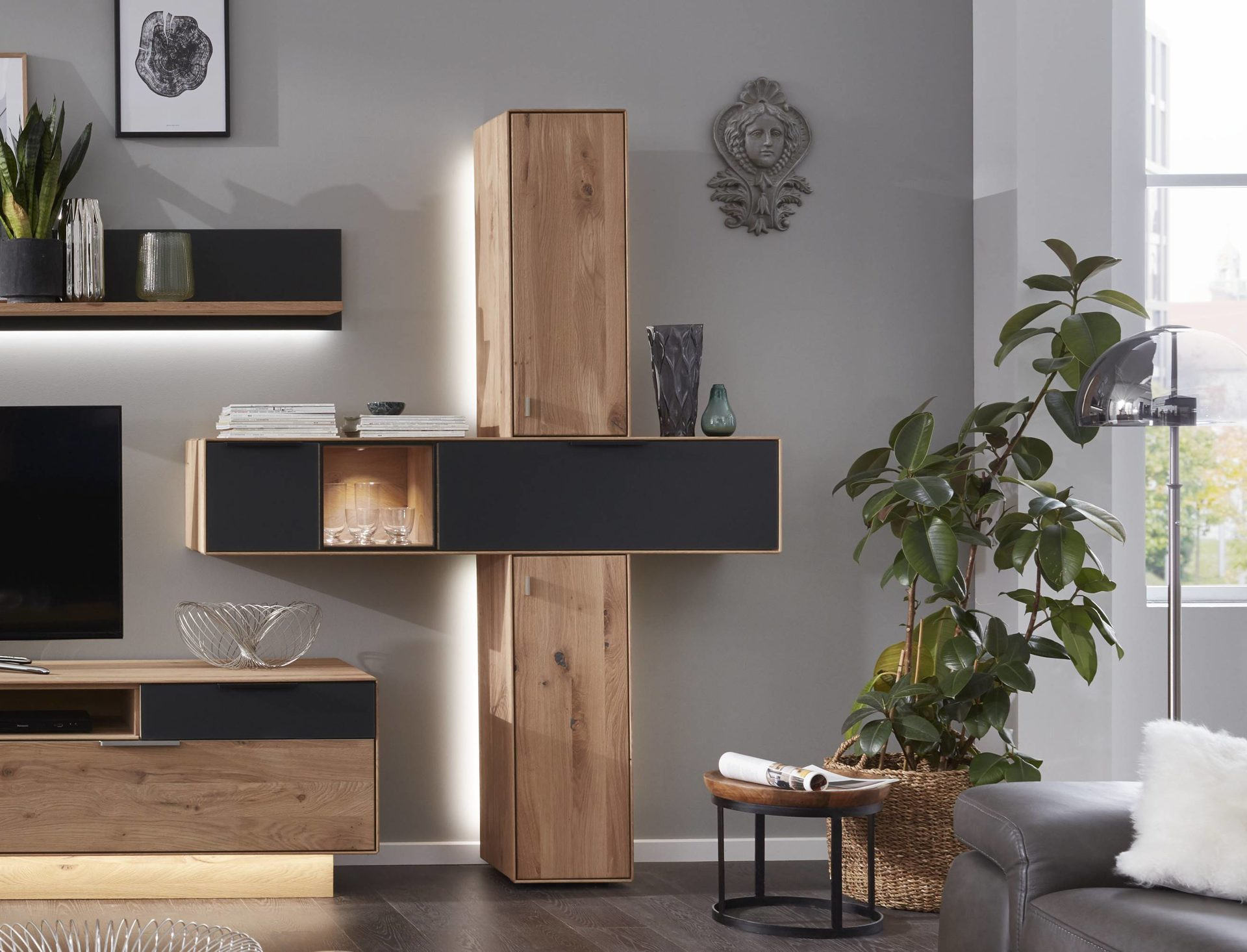 Interliving Wohnzimmer Serie 17 – Hängeschrank-Set mit Beleuchtung,  Asteiche & anthrazitfarbenes Glas – eine Klappe, zwei