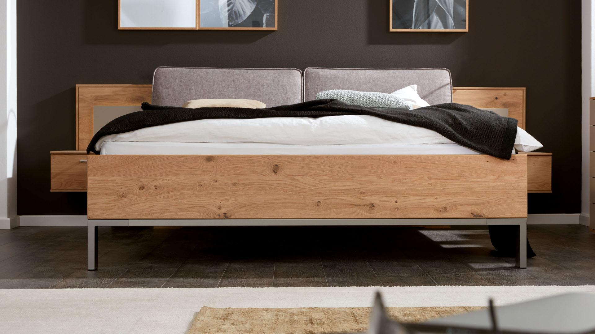 Interliving Schlafzimmer Serie 19 – Bettgestell mit Nachtkonsolen und  Aufsätzen, taupefarbene Lackoberflächen & Balkeneich