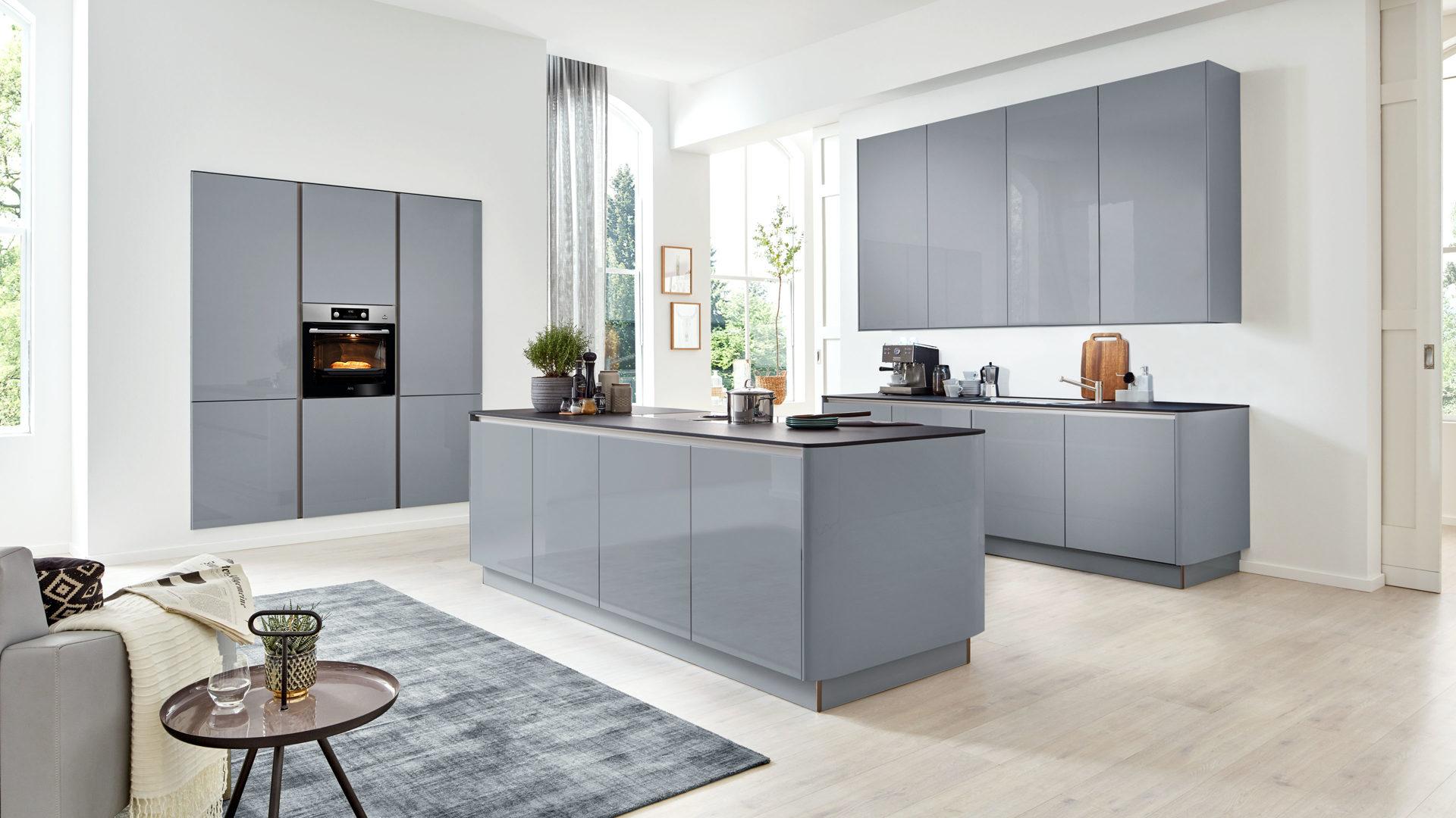 Interliving Küche Serie 20 mit AEG Einbaugeräten, papyrusgraue  Hochglanzoberflächen – dreiteilig