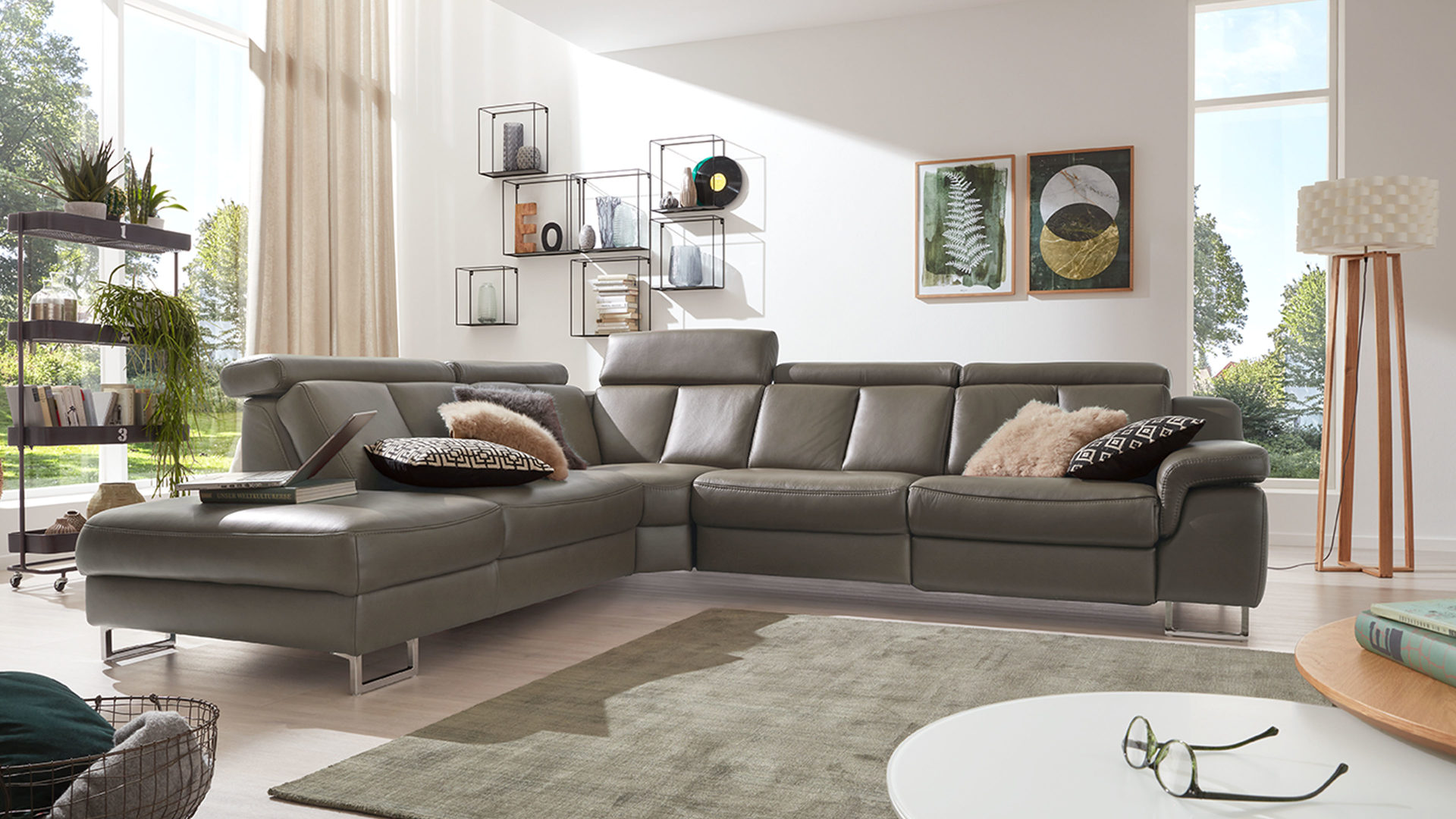 Ecksofa Interliving aus Leder in Grau Interliving Sofa Serie 4050 – Eckkombination rauchfarbenes LongLife-Leder Cloudy smoke & Chromfüße – Schenkelmaß ca. 261 x 300 cm