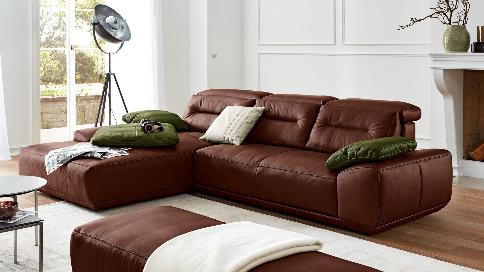 Ecksofa Interliving aus Leder in Braun Interliving Sofa Serie 4000 – Eckkombination chocolatefarbenes Leder Z83.54 – Schenkelmaß ca. 209 x 310 cm