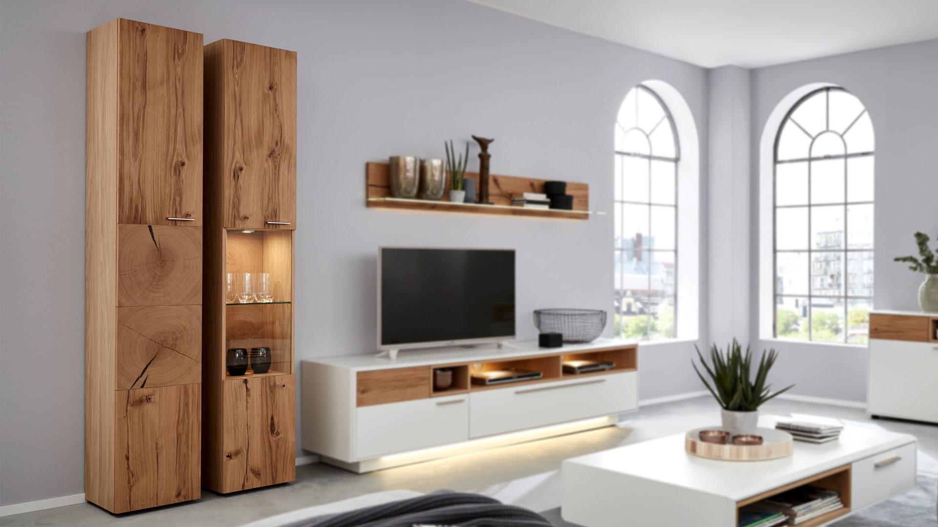 Interliving Wohnzimmer Serie 17 – Vitrinenschrank 17 mit Beleuchtung,  helles Asteiche-Furnier – eine Tür mit Glaseins